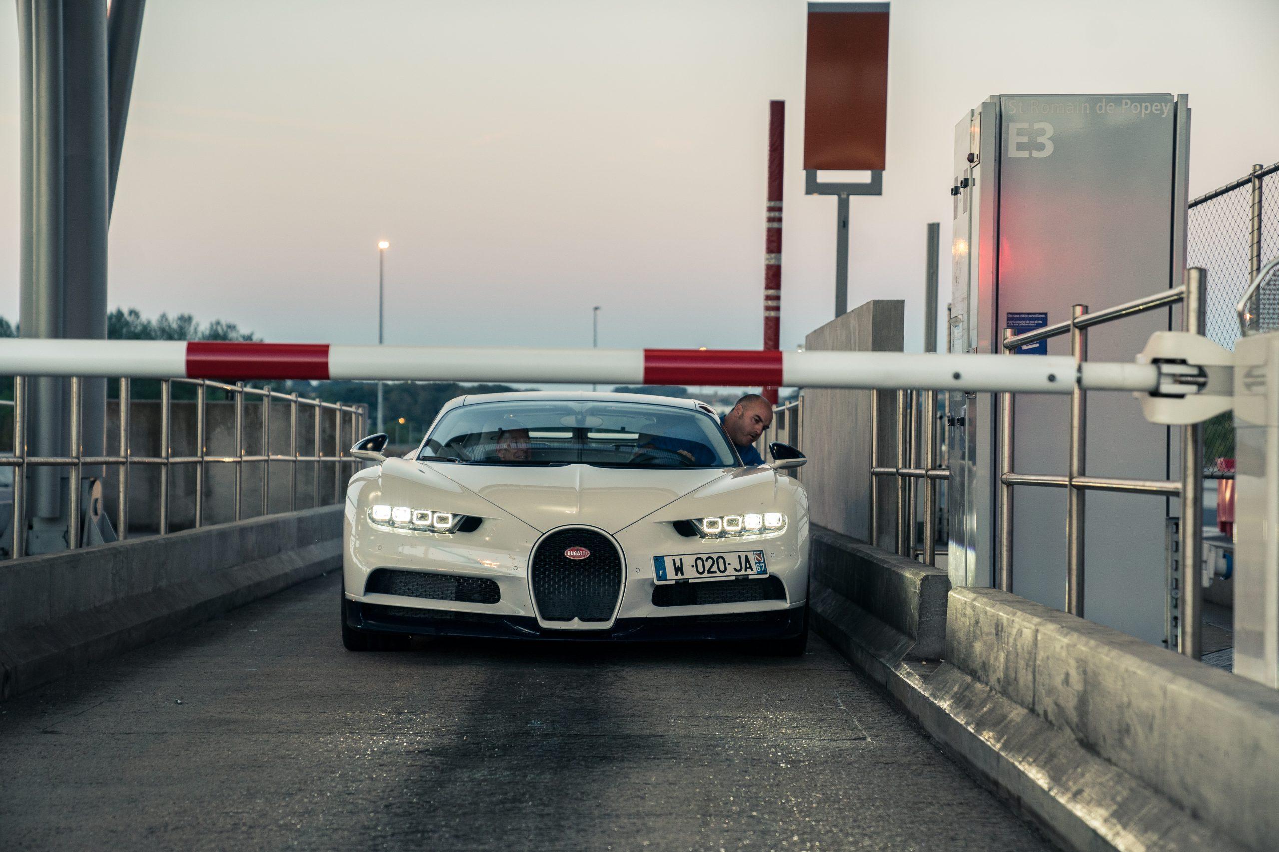 Bugatti Chiron bij tolpoortje (en slagboom) in Frankrijk