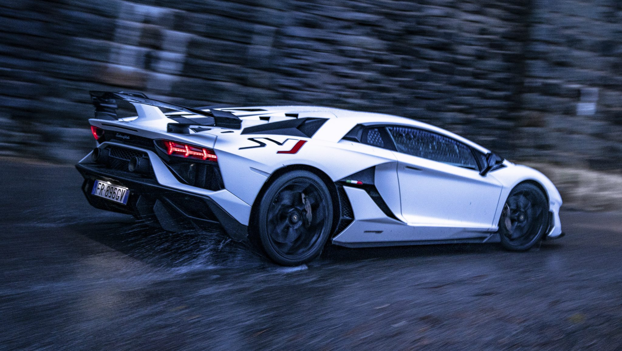 Witte Lamborghini Aventador SVJ