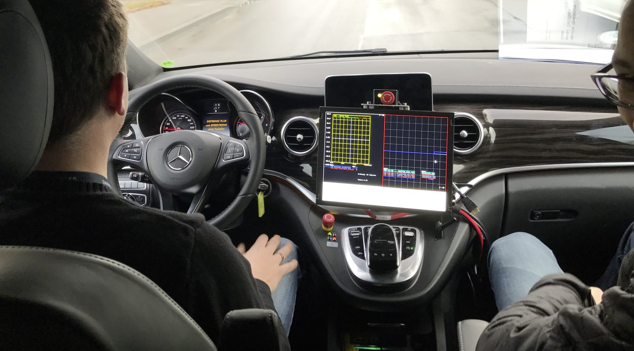Autonoom rijden gaat niet gebeuren - Mercedes S-klasse zonder handen interieur dashboard