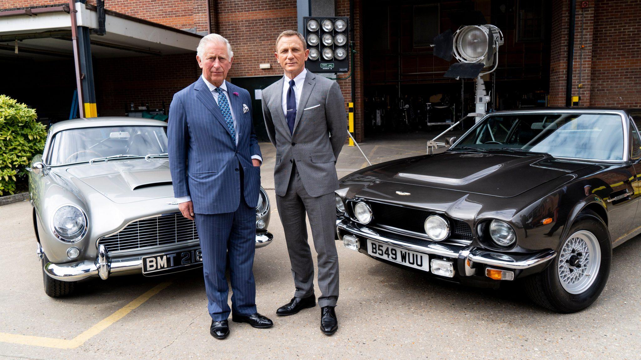 Prince Charles en Daniel Craig bij de Aston Martin V8 en DB5