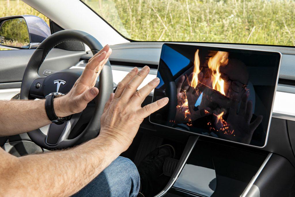 Tesla Model 3 tablet scherm open haard opwarmen