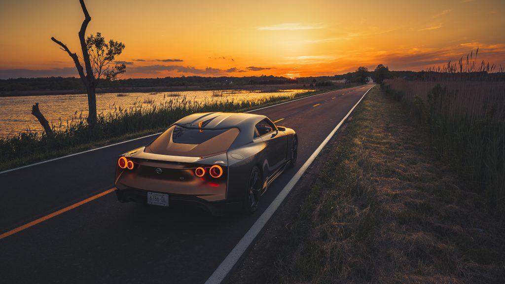 Nissan GT-R50 achter zonsondergang