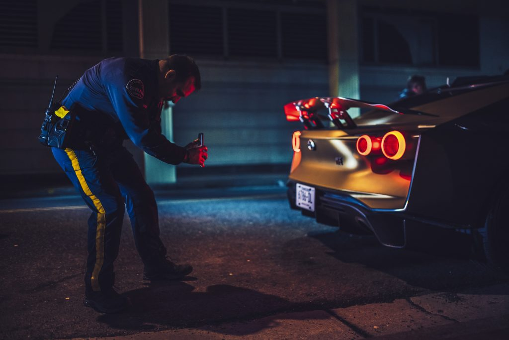 Nissan GT-R50 politieman maakt foto van achterlichten