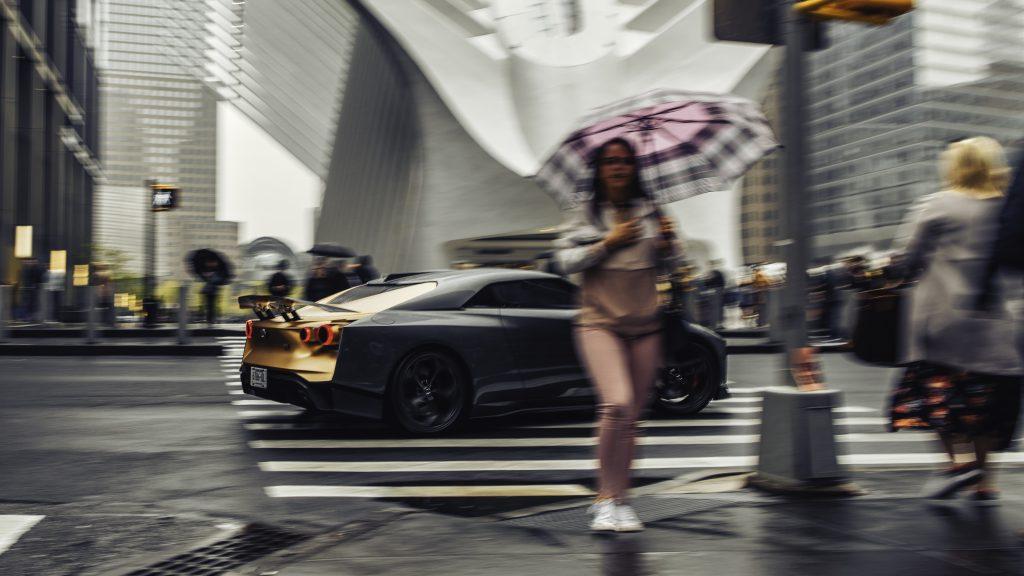 Nissan GT-R50 rijdend in New York rechterzijkant