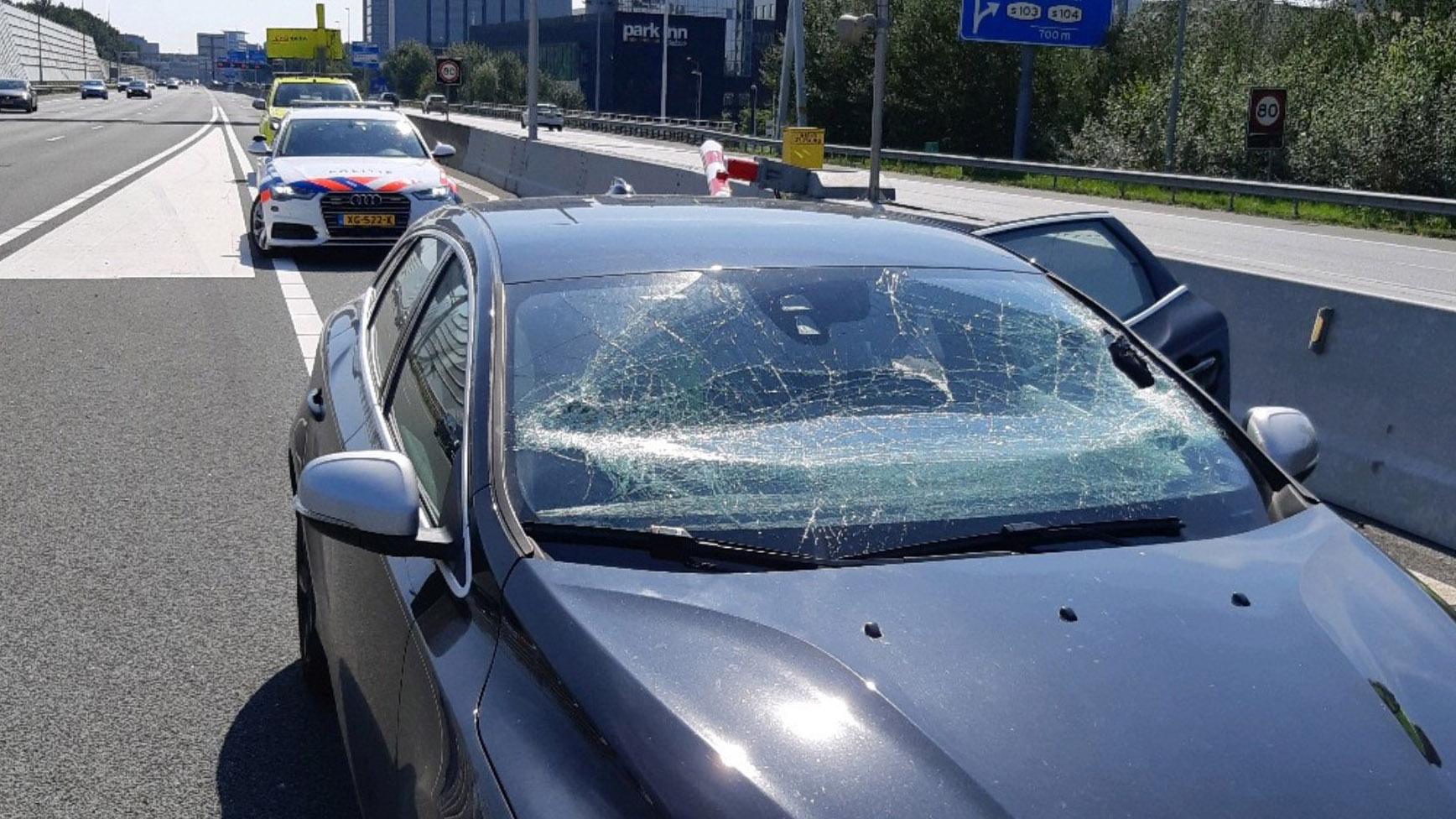 Volvo-rijder ramt slagboom vanwege navigatie crash voorruit slagboom