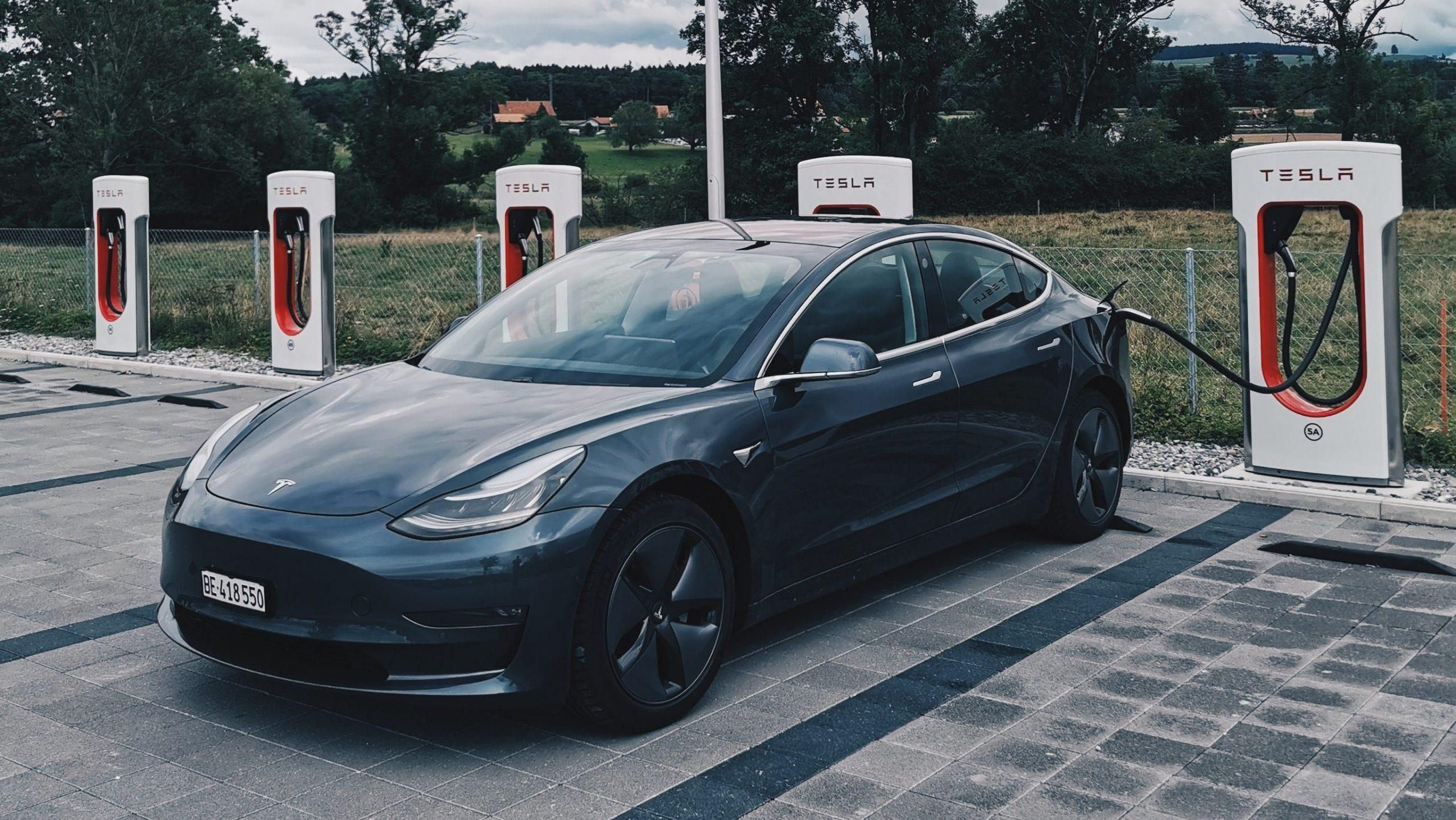 Tesla Model 3 bij Supercharger laadpaal