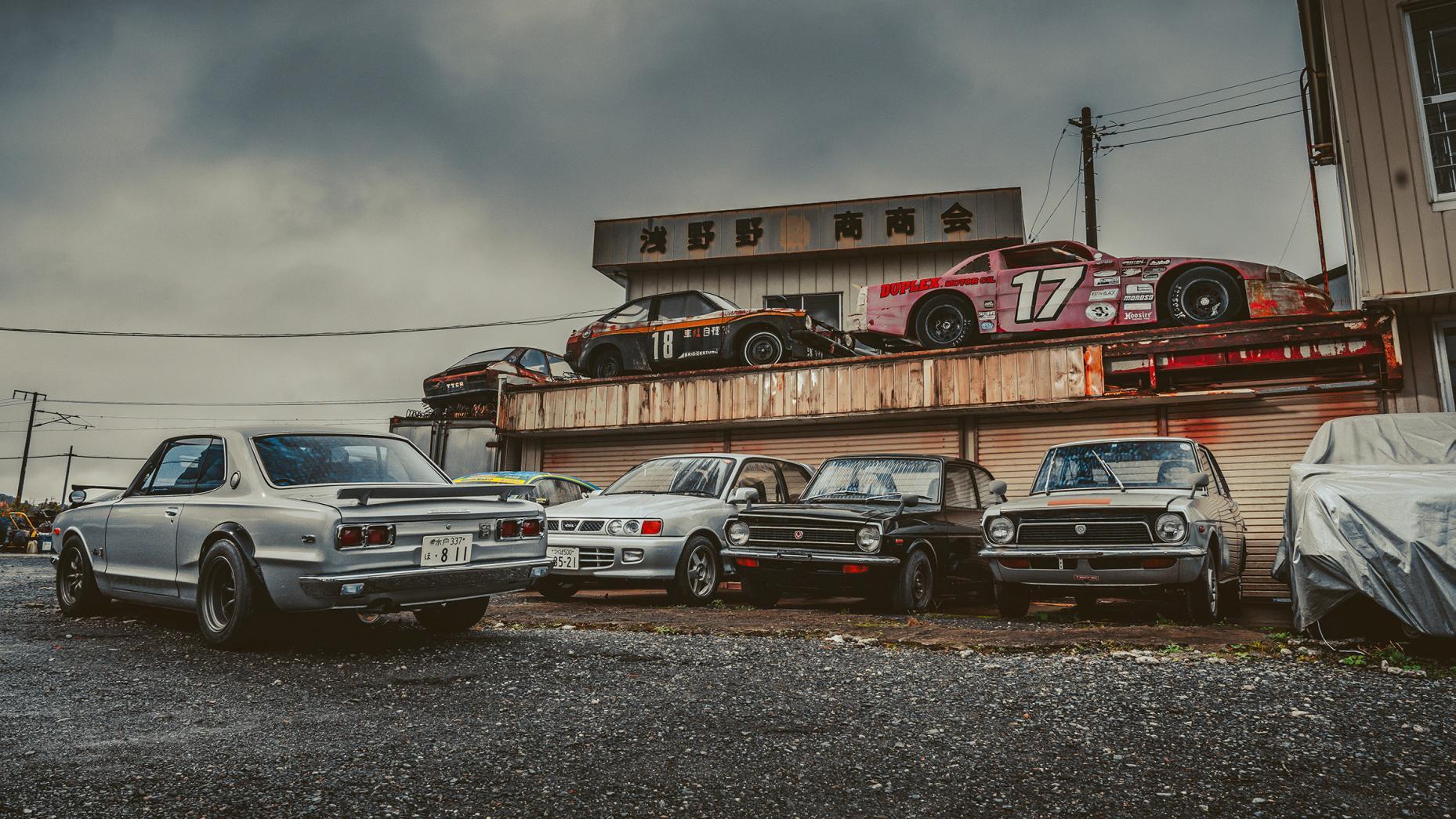 Japans autokerkhof NASCAR-auto op dak