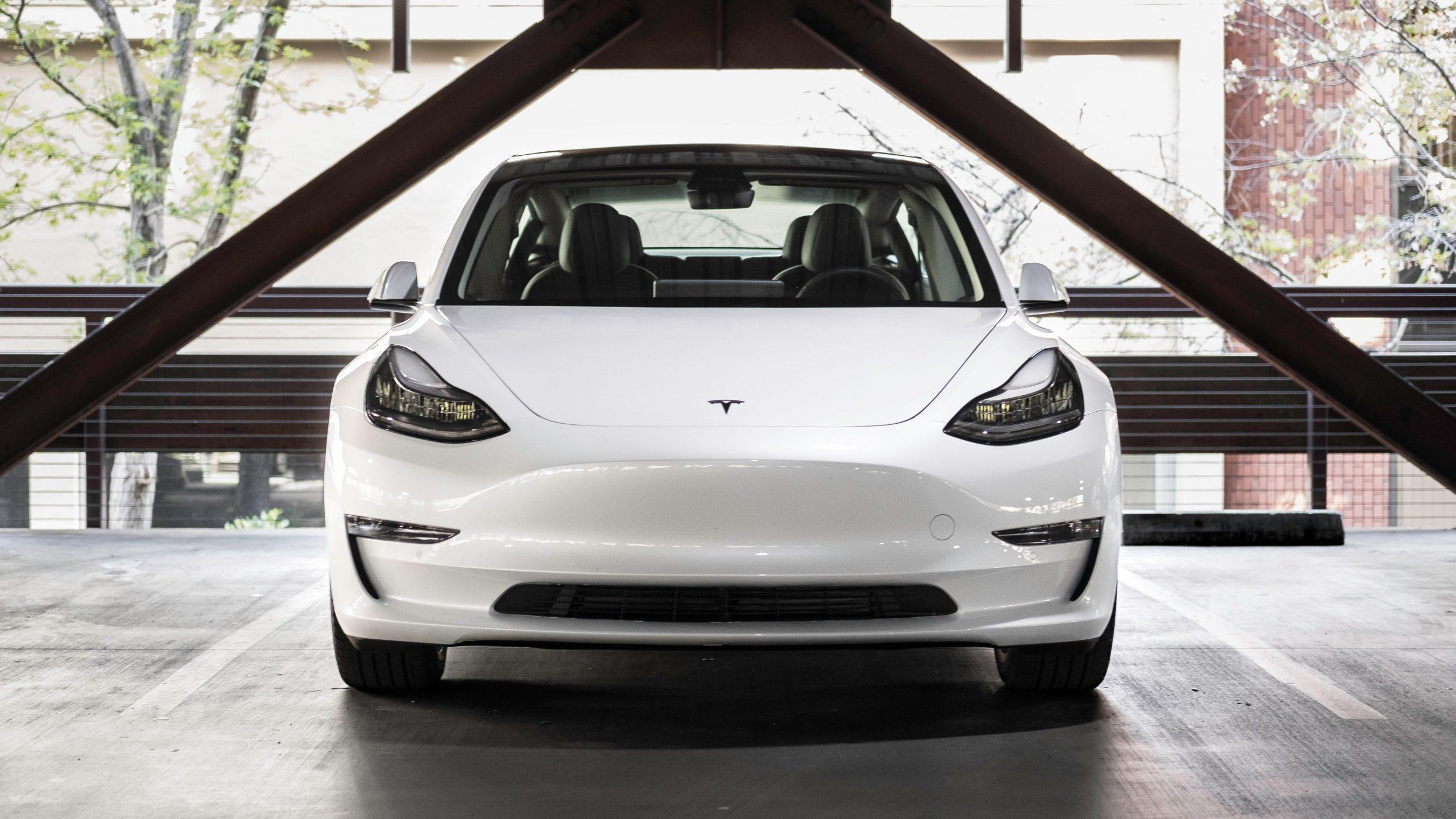 Tesla Model 3 in parkeergarage