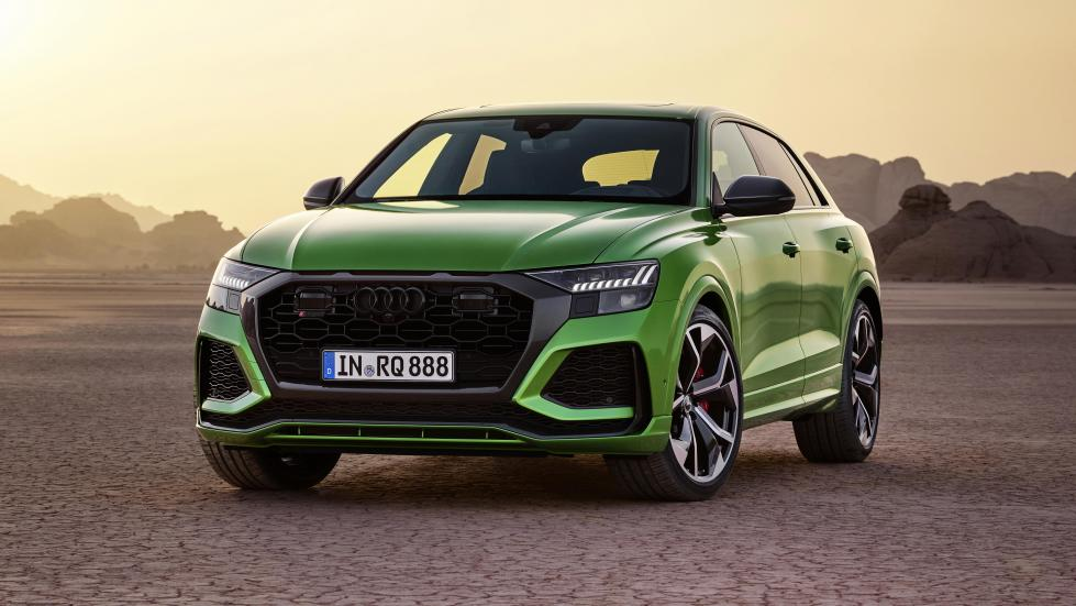 Audi RS Q8 drie kwart voor zand
