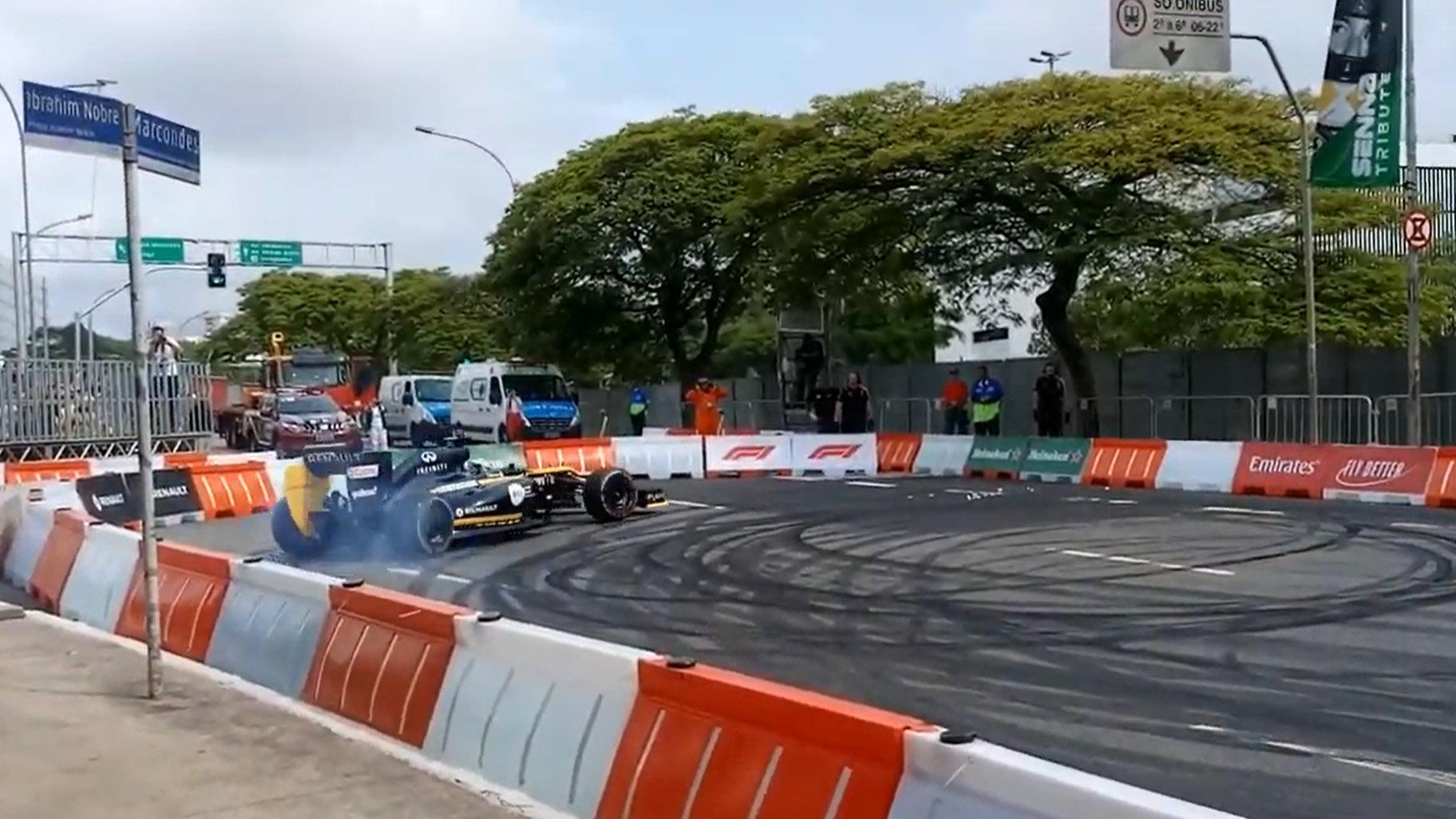 F1-auto crash tijdens Senna-eerbetoon Caio Collet Lotus Renault