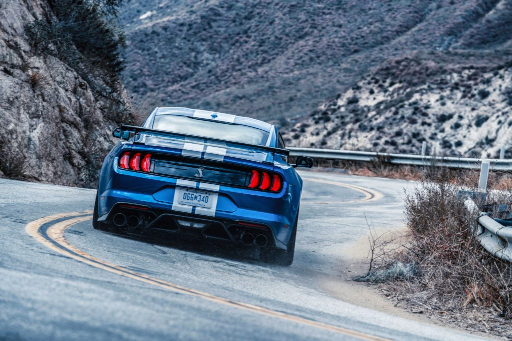 Ford Mustang Shelby GT500 rijder achterkant