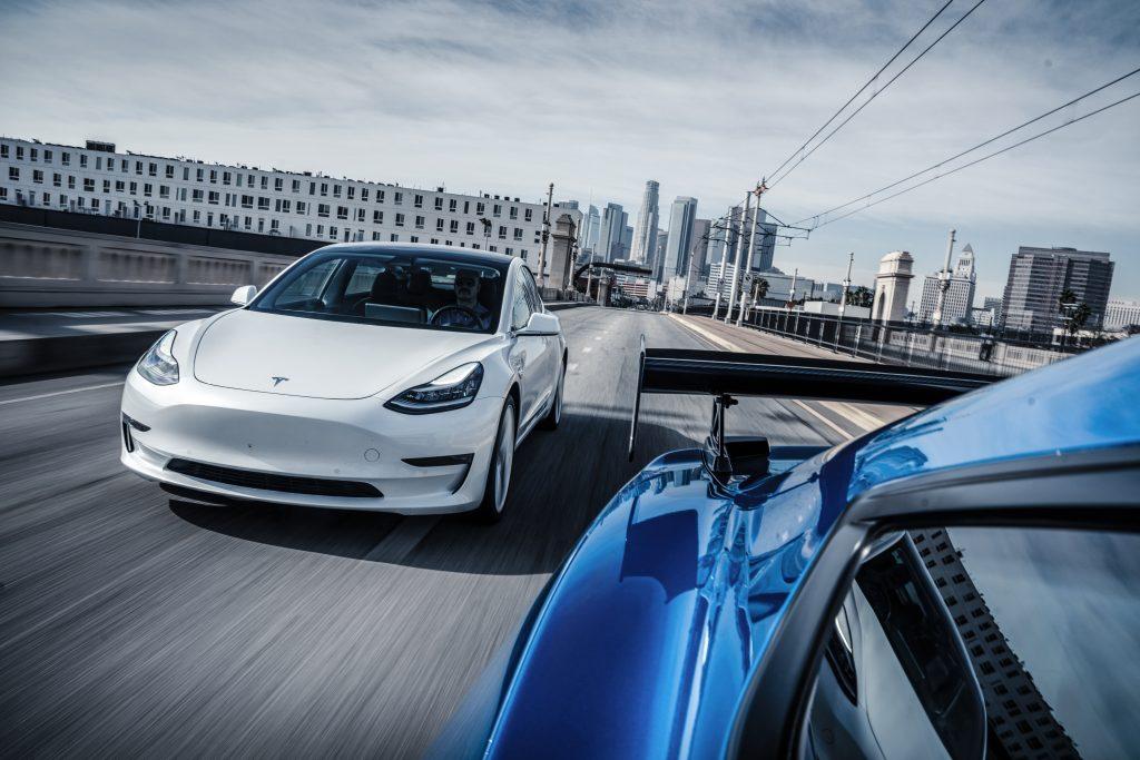 Tesla Model 3 rijder voor vanuit Ford Mustang Shelby GT500