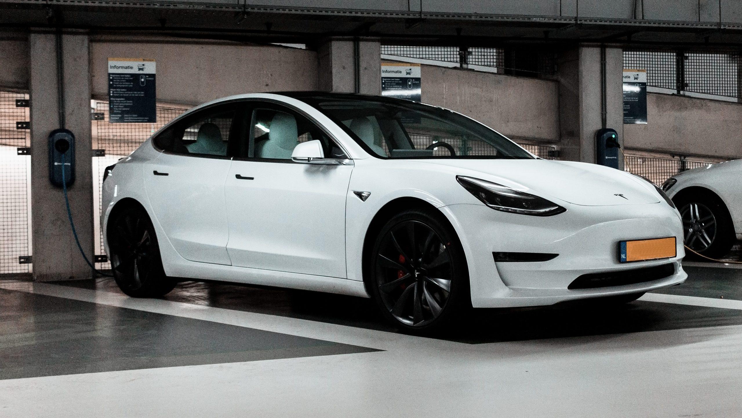 Tesla Model 3 in een parkeergarage aan de laadpaal