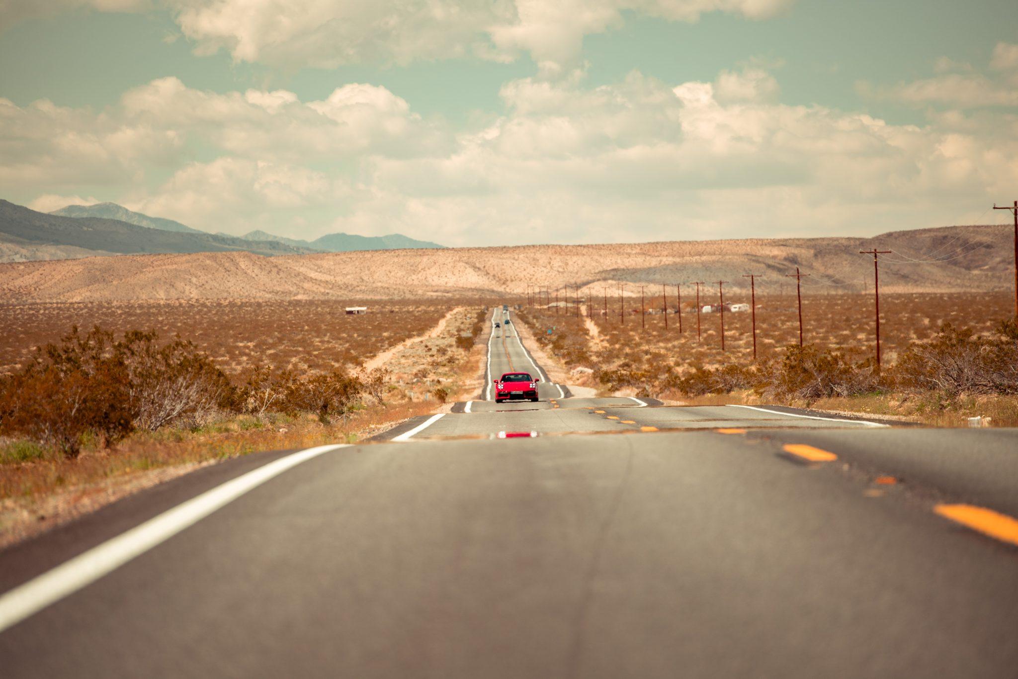 Porsche 911 Turbo S (992) op woestijnweg (snelweg)