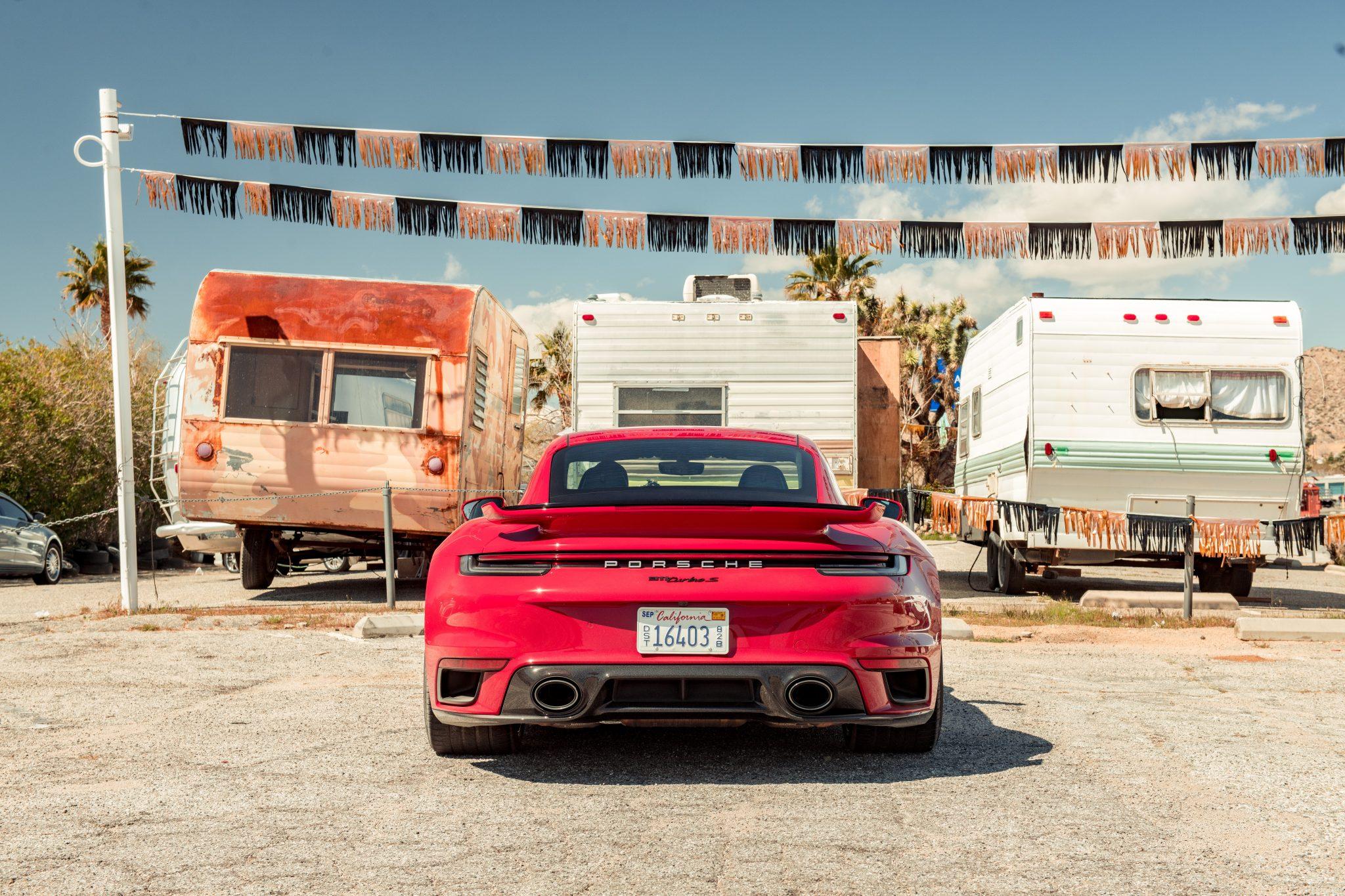 Porsche 911 Turbo S (992) bij caravans en campers op camping in Amerika