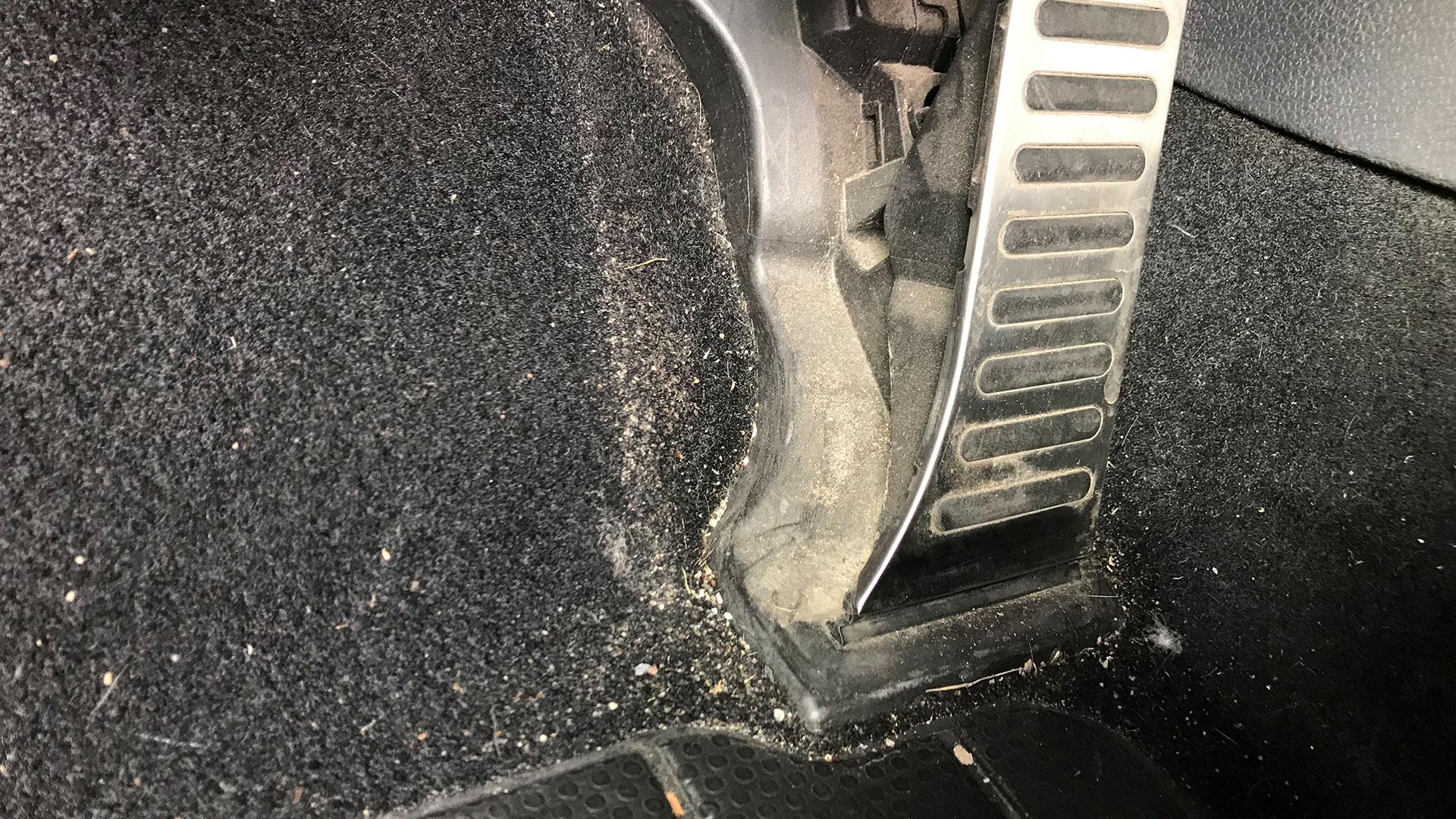 Makkelijk kruimels en zand uit autotapijt krijgen