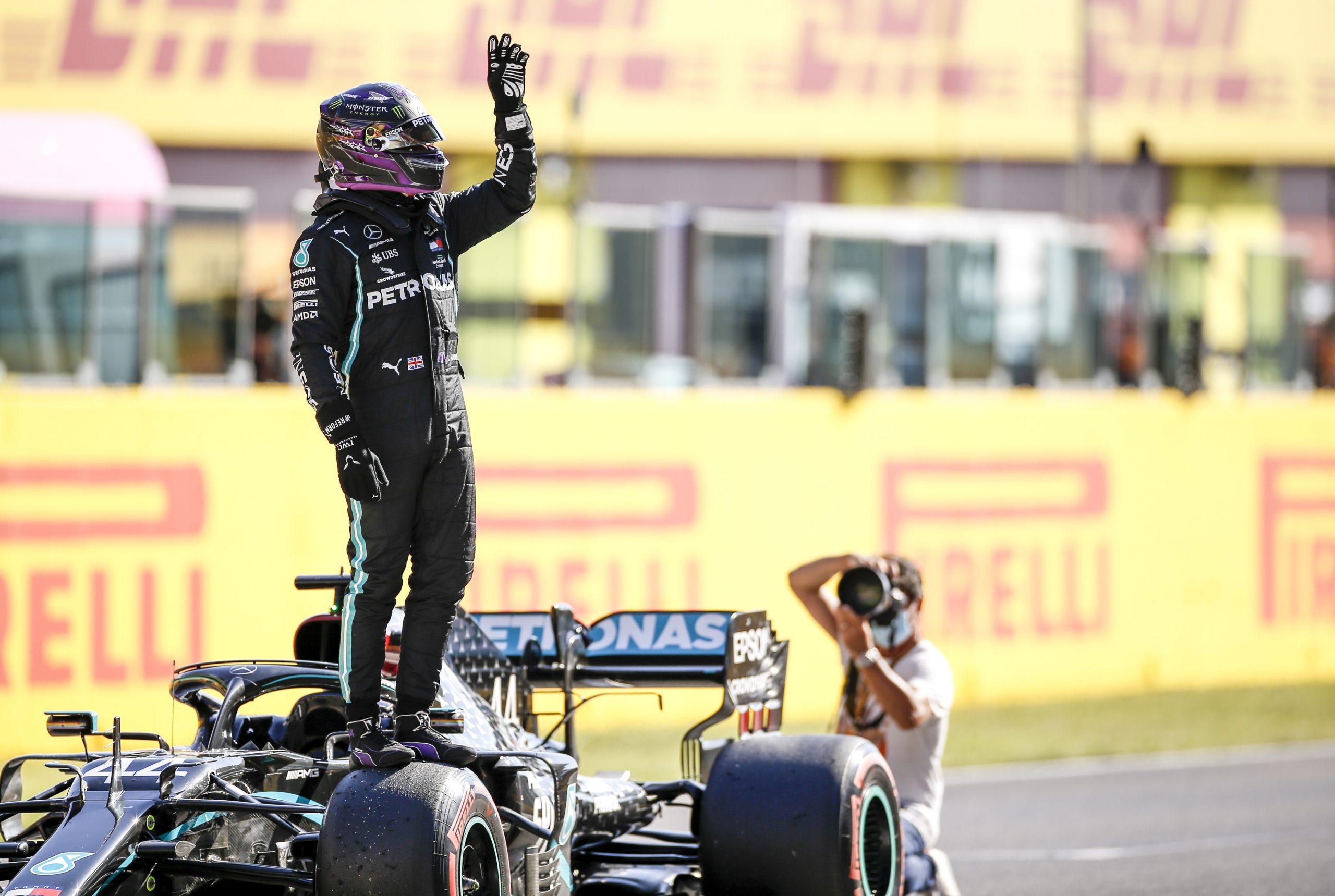 Lewis Hamilton op zijn F1-auto op Mugello tijdens GP van Toscane