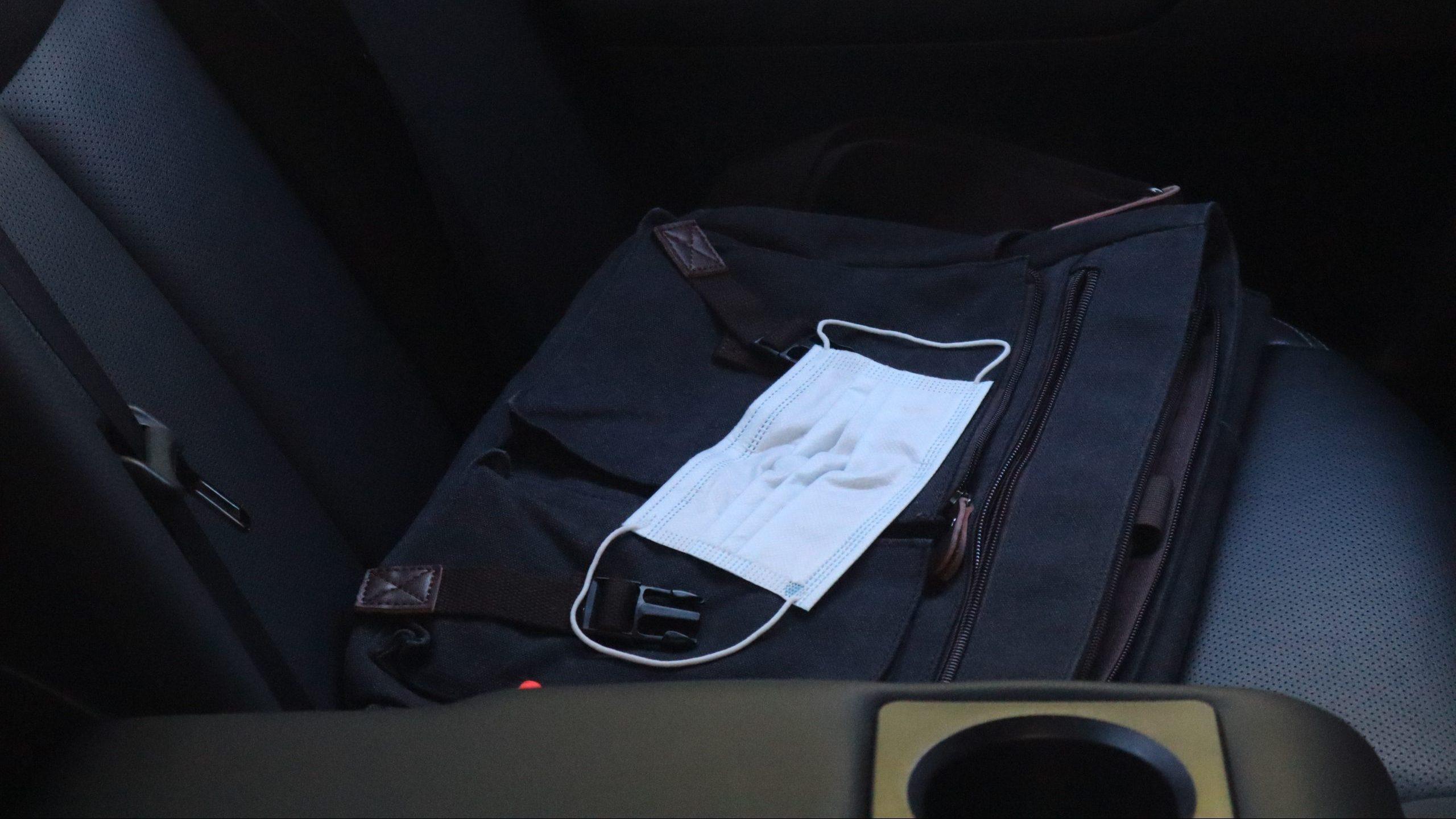 Mondkapje in auto op achterbank