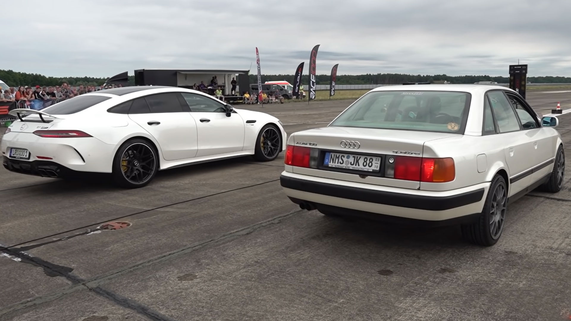 Audi 100 quattro dragrace tegen AMG