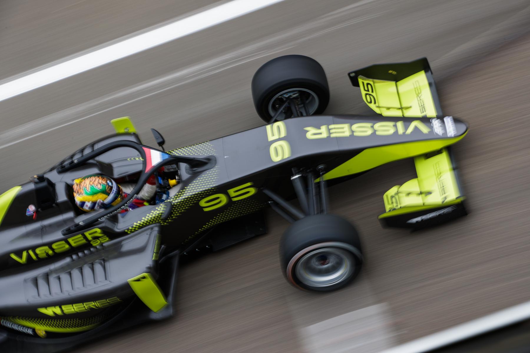 Beitske Visser in de W Series-auto