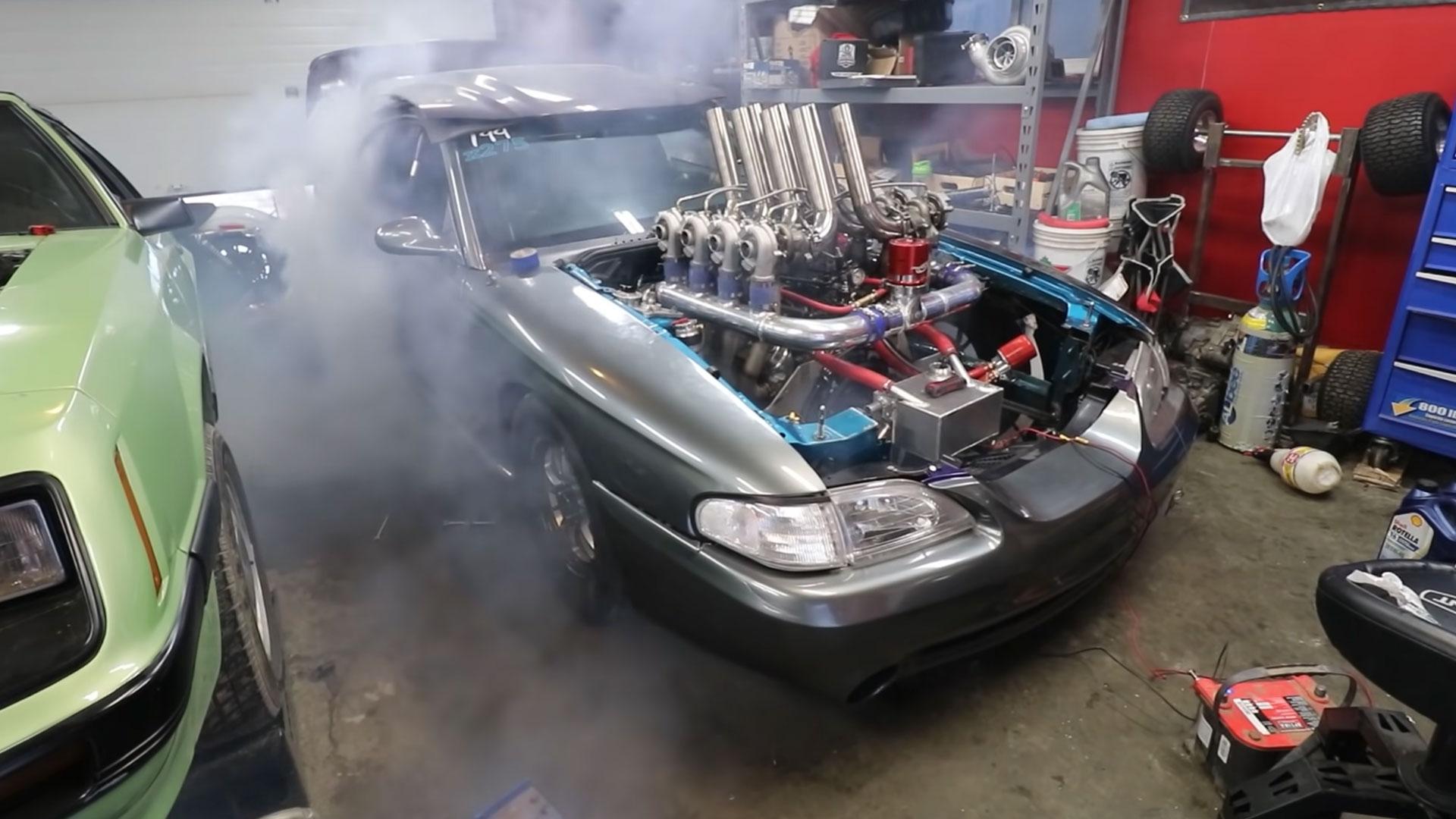 Ford Mustang met 8 turbo's doet een burnout