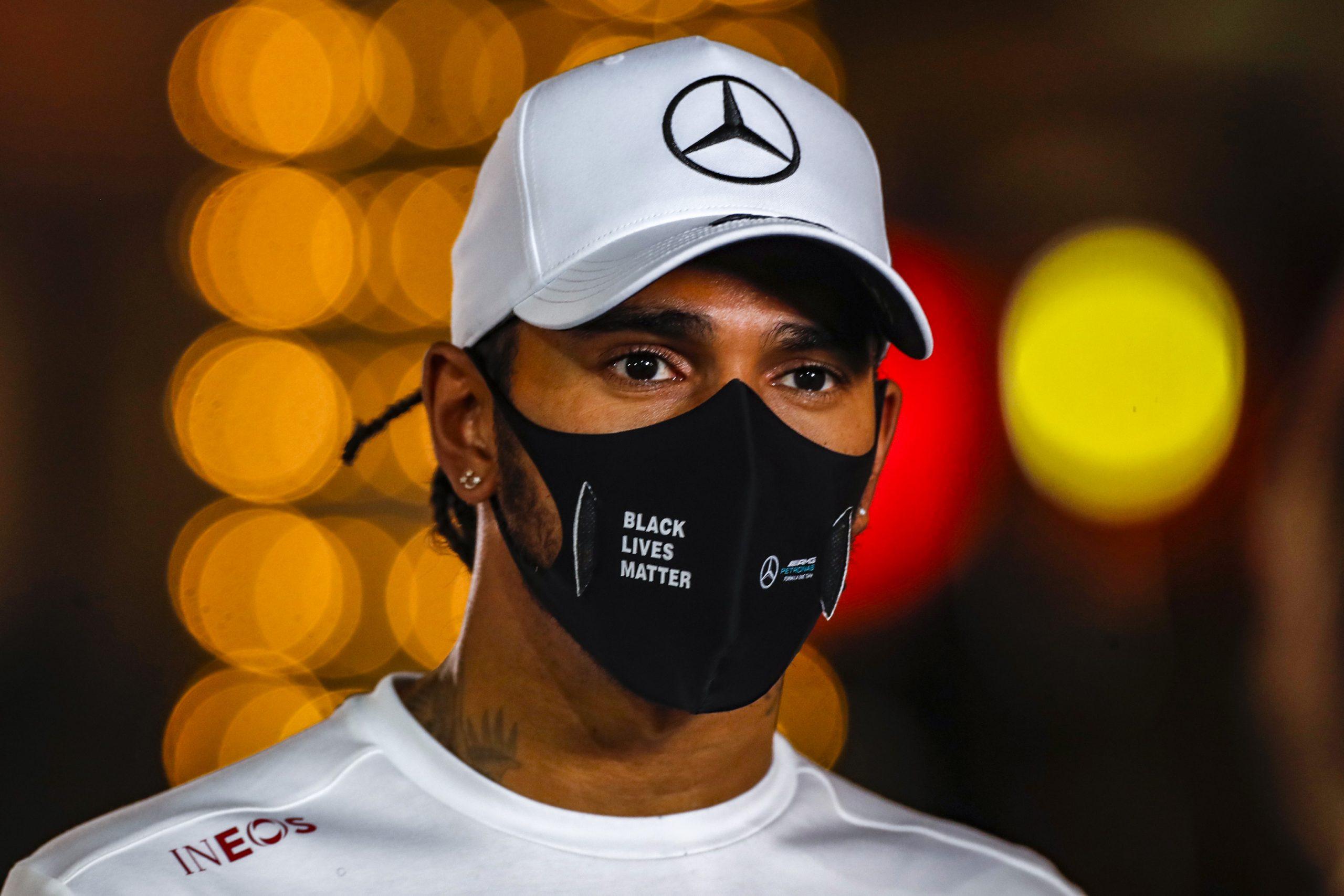 Lewis Hamilton met mondkapje Mercedes