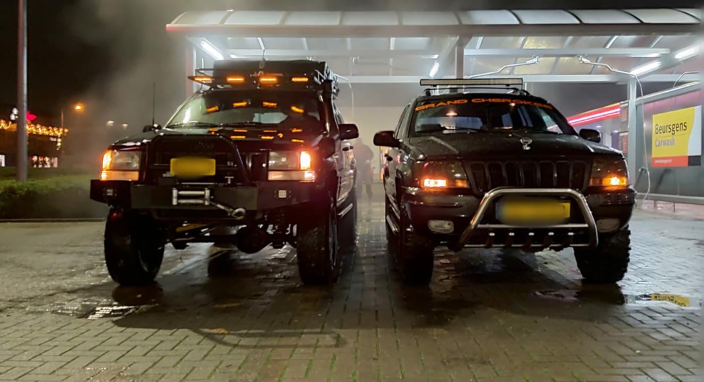 Jeep Cherokee in de greppel (broers)