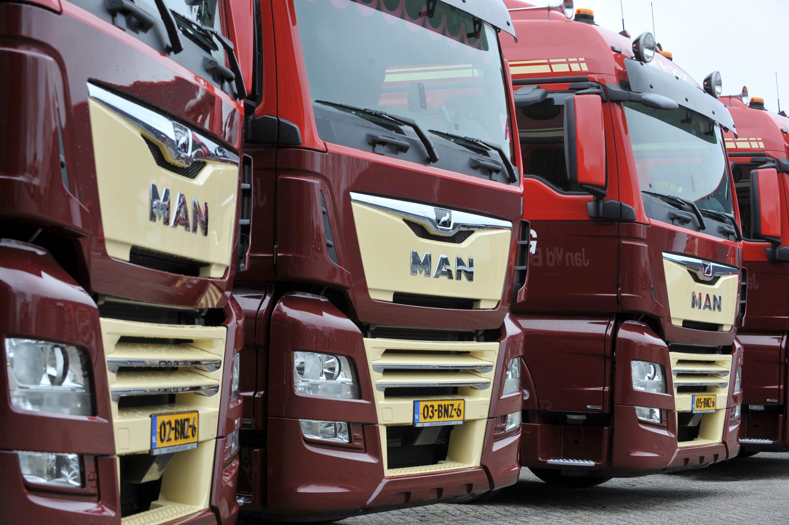 Waarom flitsen vrachtwagens op de snelweg?