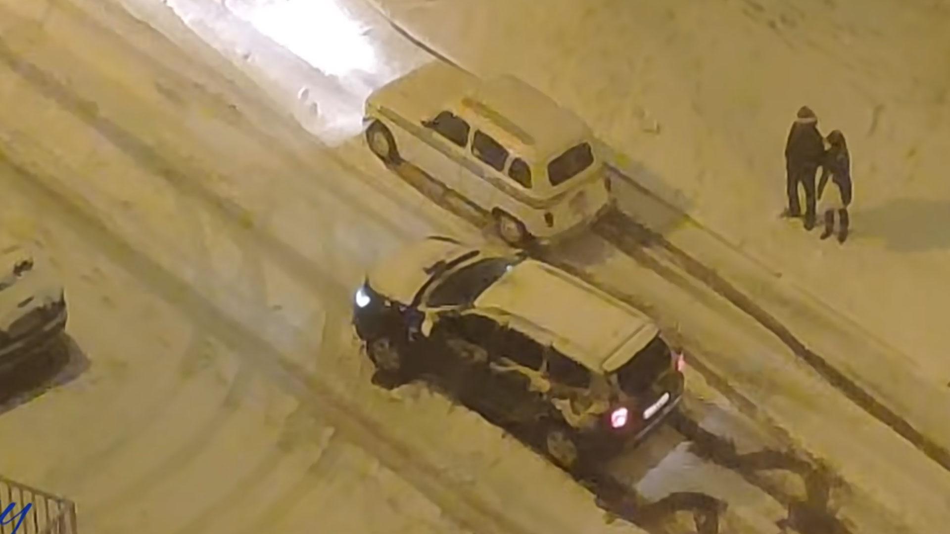 Renault 4 rijdt Dacia Duster voorbij in de sneeuw