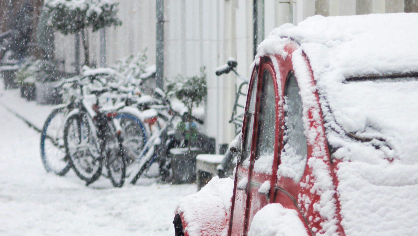 Citroen 2CV in besneeuwde straat Amsterdam