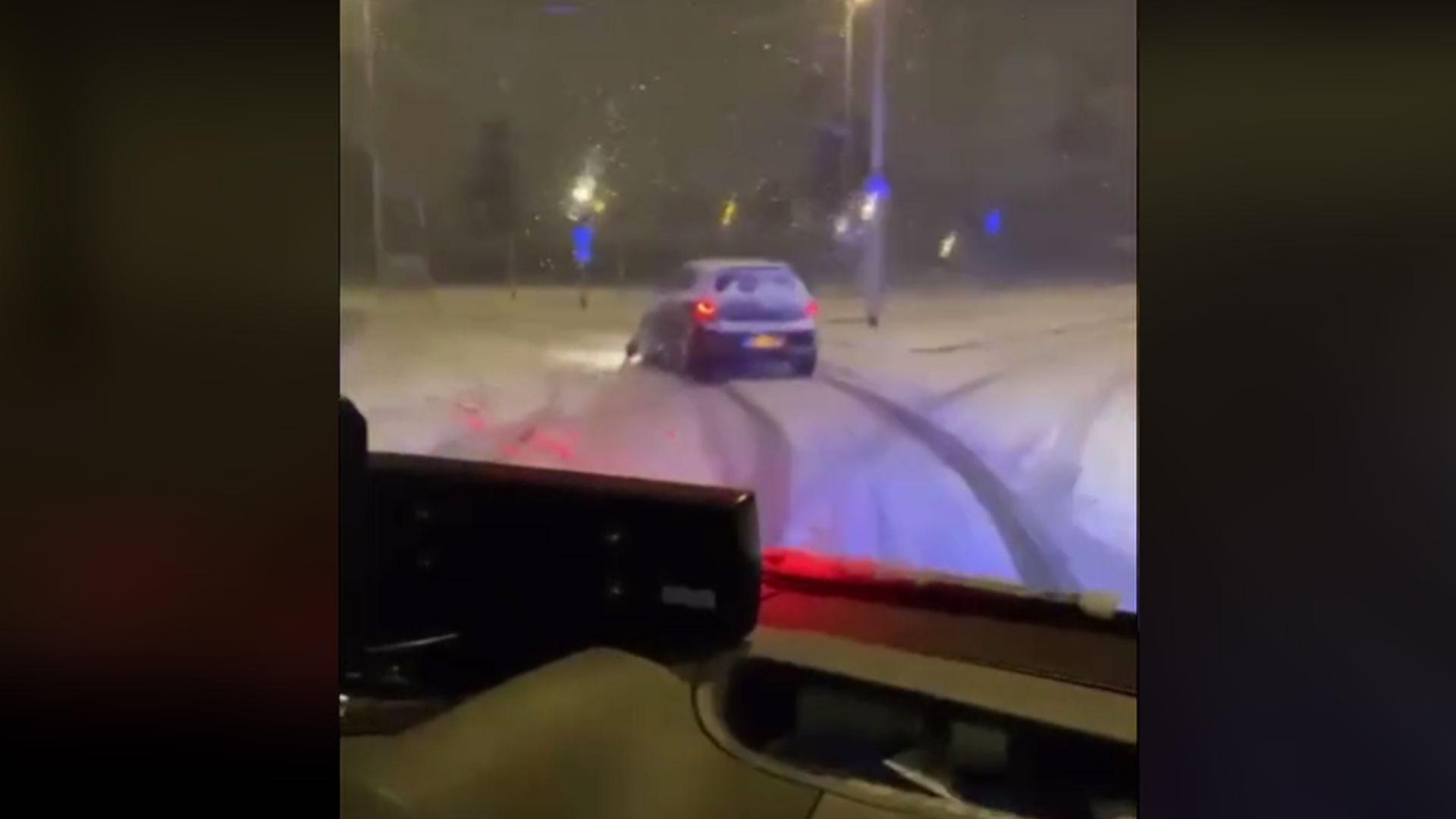 Politieachtervolging in de sneeuw