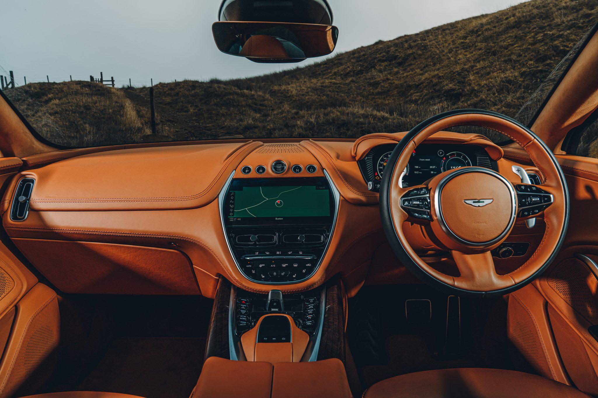 Aston Martin DBX dashboard en interieur