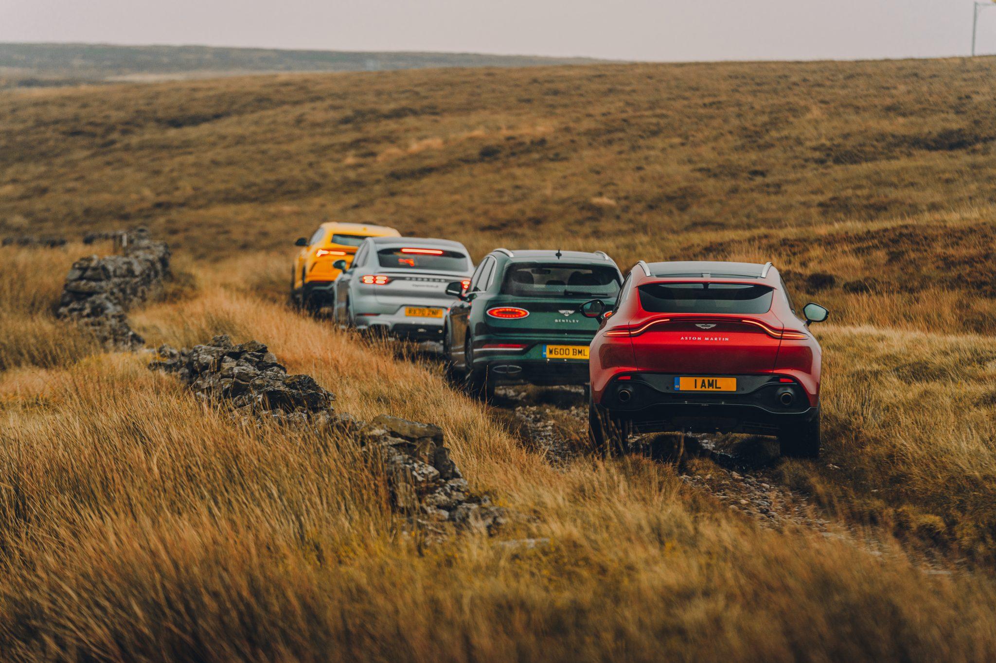 Aston Martin DBX, de Bentley Bentayga V8, de Lamborghini Urus en de Porsche Cayenne Turbo S E-Hybrid Coupé