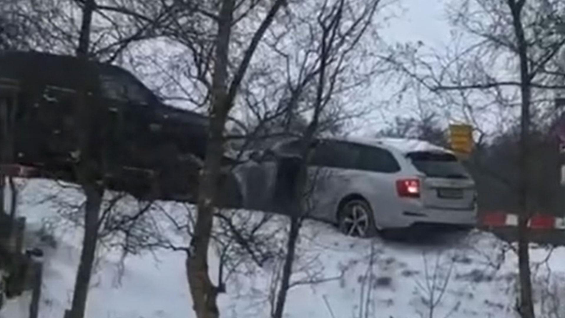 Pick-up duwt auto van de brug