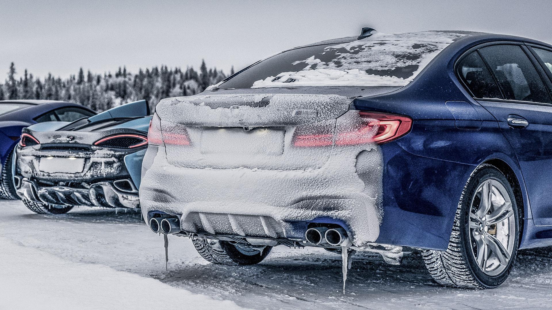 BMW M5 in de sneeuw