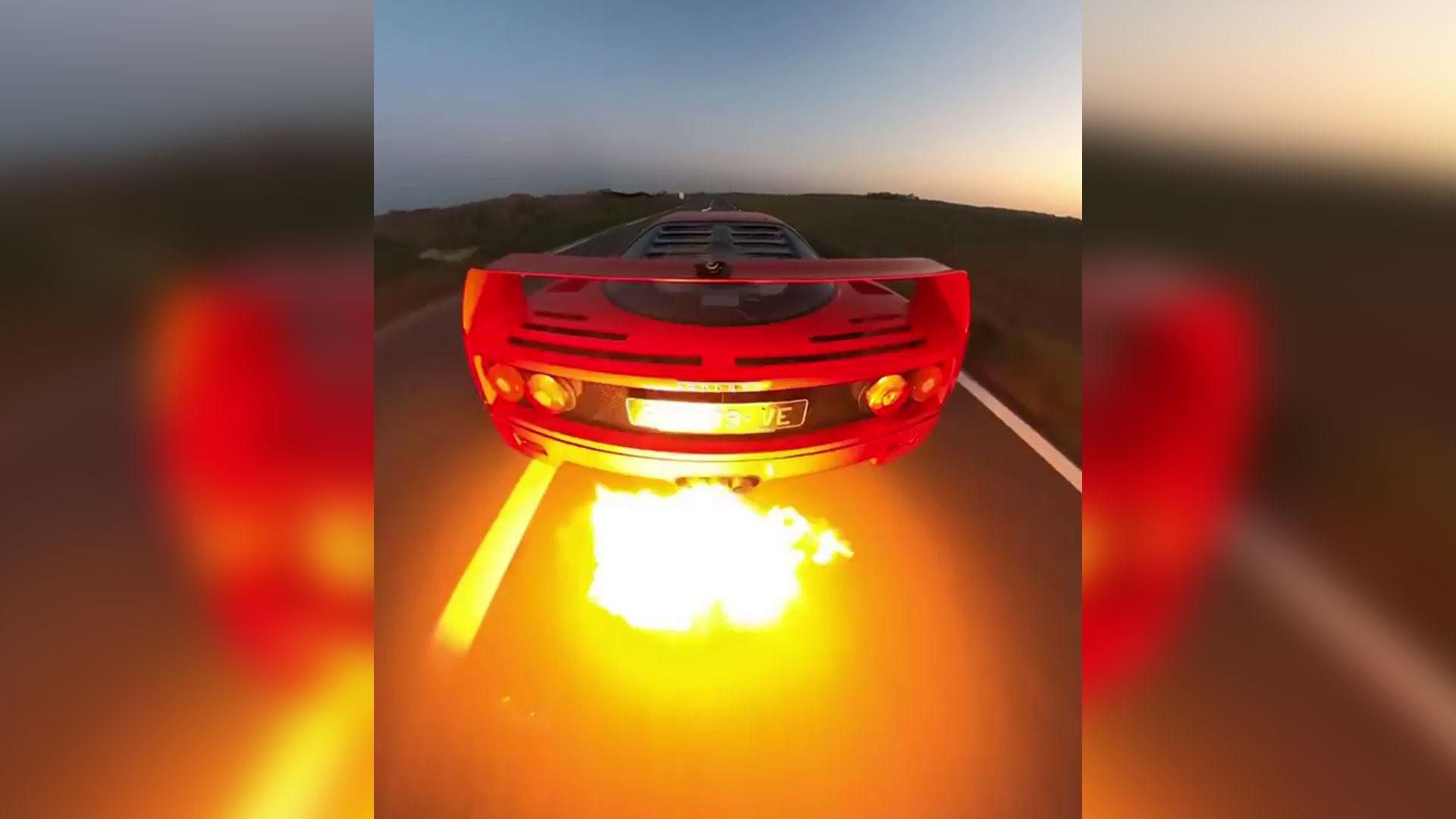 Ferrari F40 van achteren gefilmd