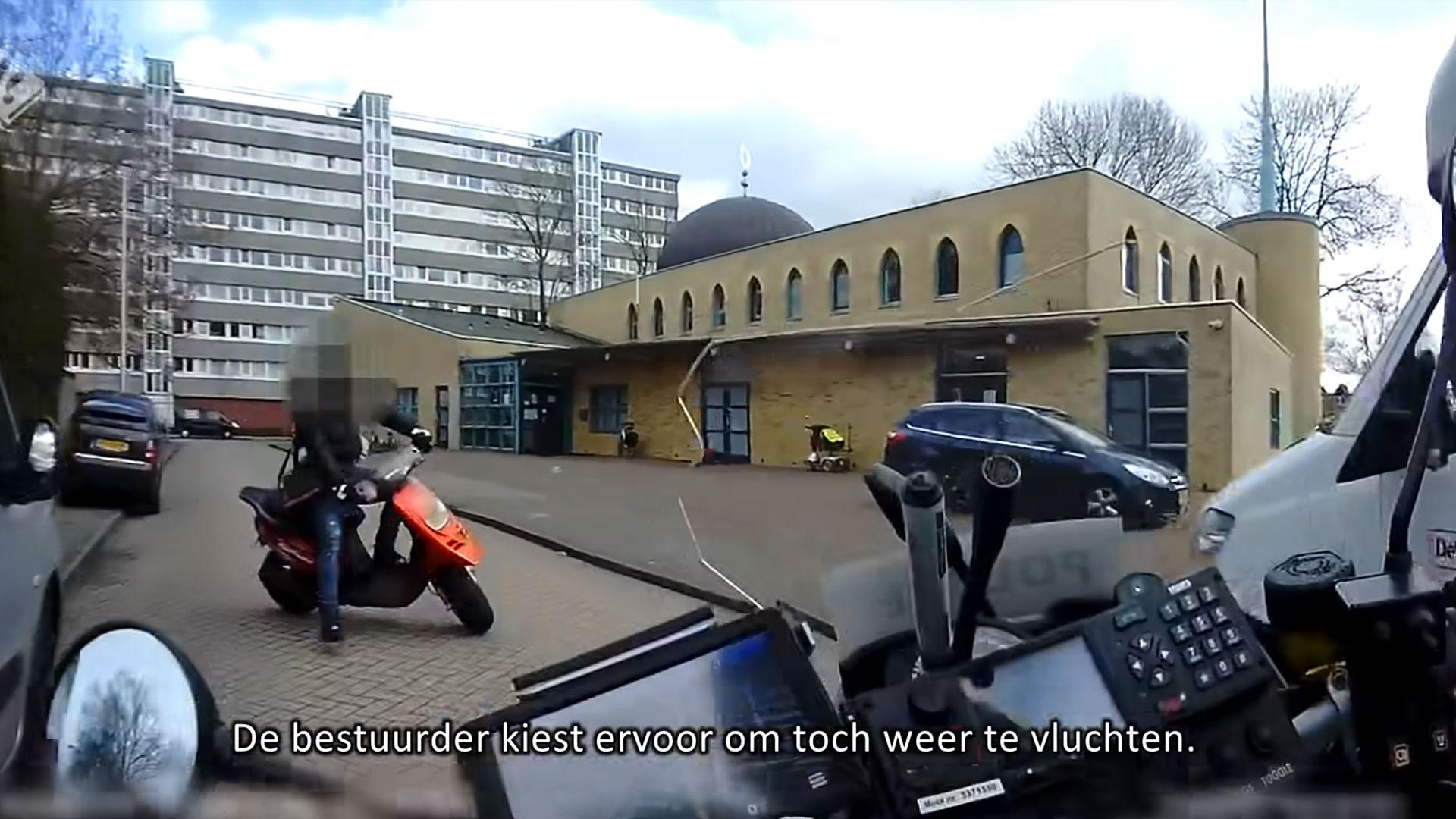 motoragent werkt scootertuig tegen de grond