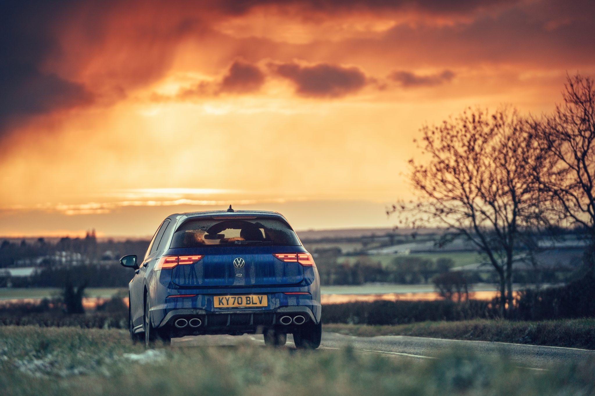 Volkswagen Golf 8 R (2021) zonsondergang (opgang) oranje lucht