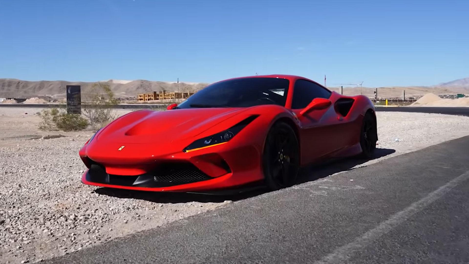Ferrari F8 Tributo total loss langs de snelweg in Las Vegas
