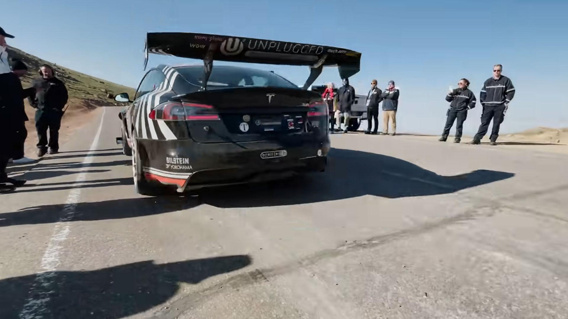 Unplugged Model S Plaid gaat met sirine Pikes Peak op