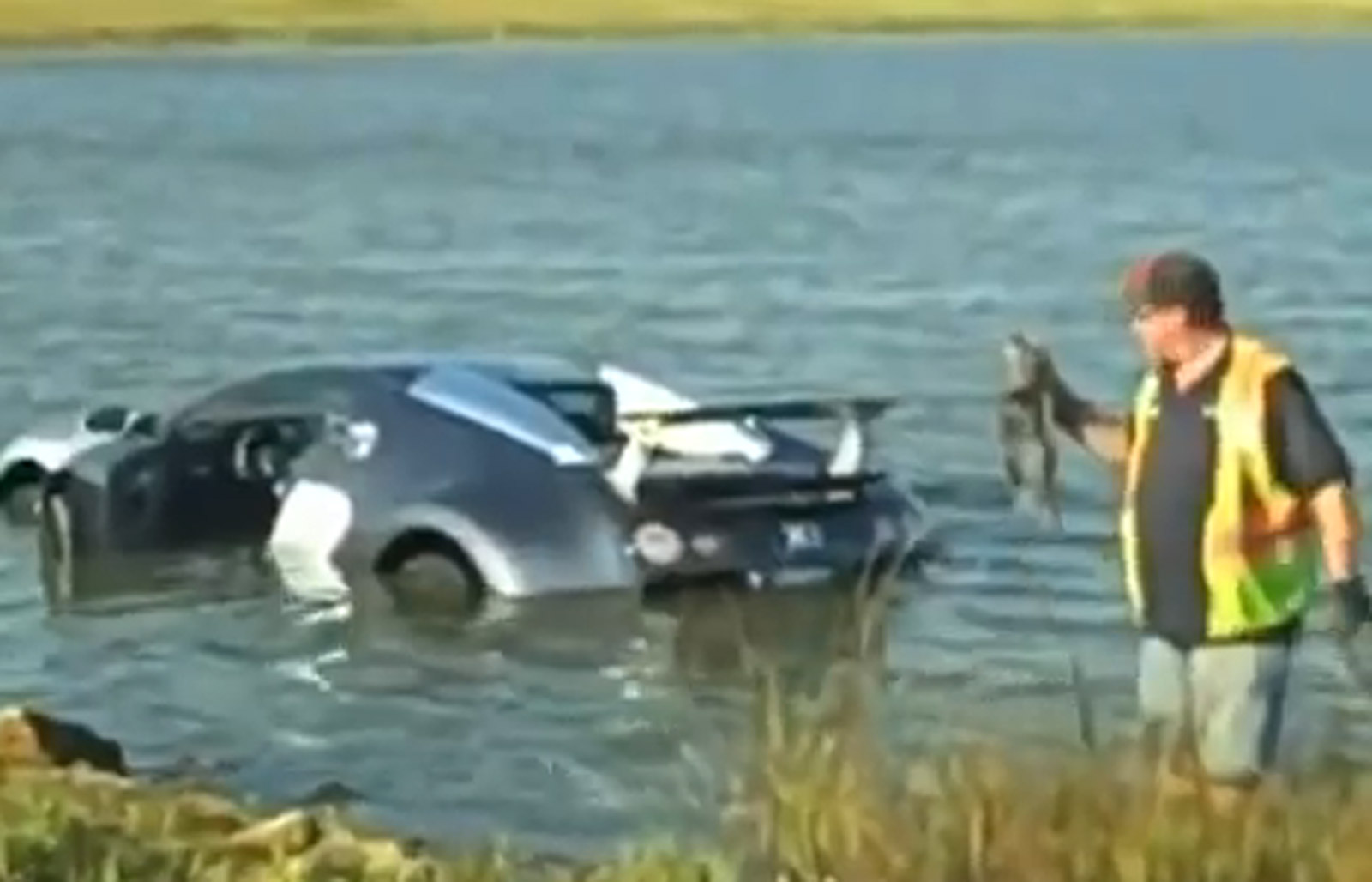 Bugatti Veyron die in het water reed, duikt op