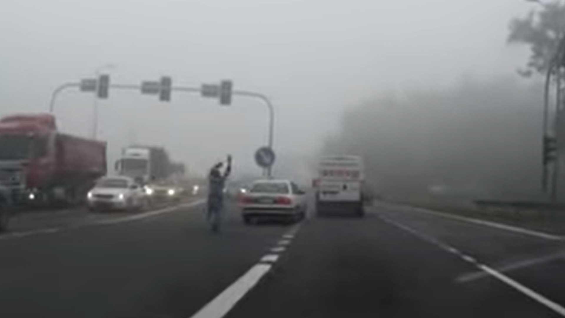 Busje sleept auto zonder bestuurder