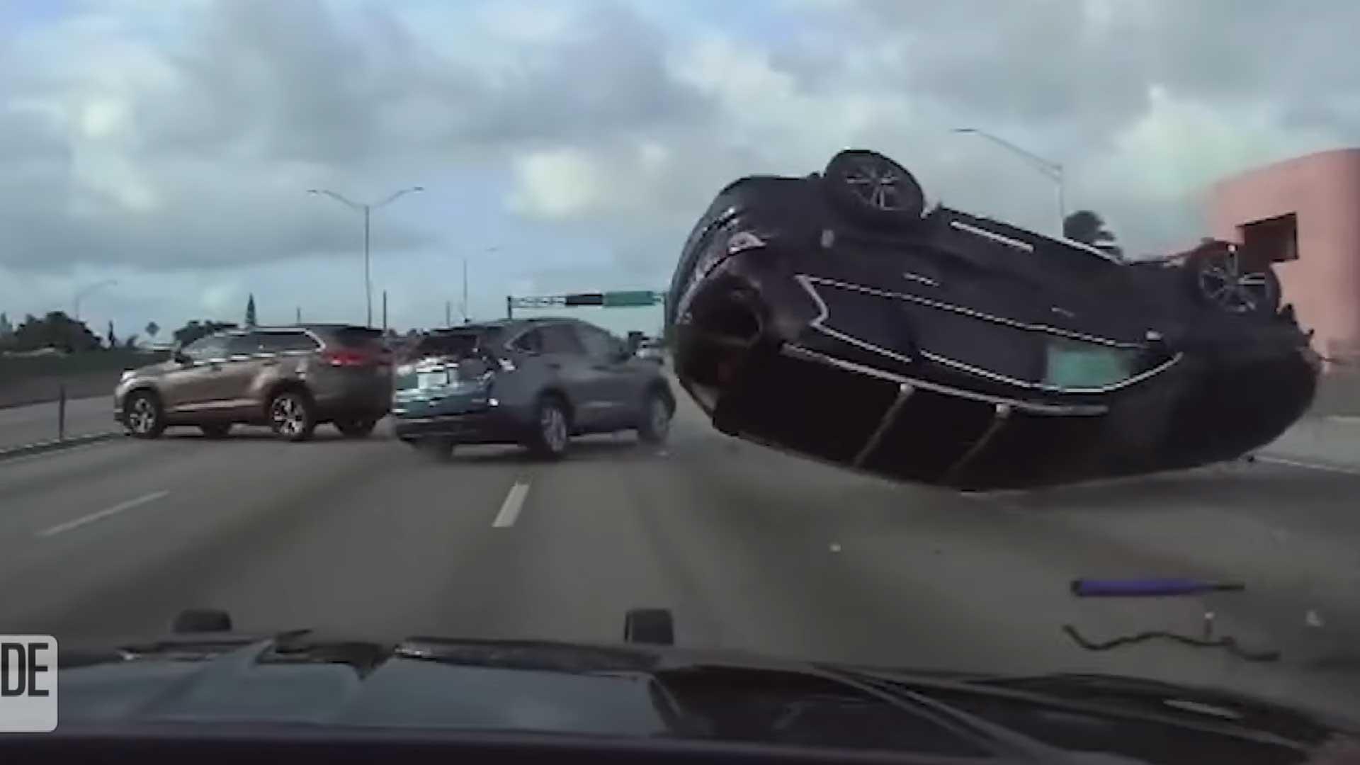 Crash met drie SUV's komt zo uit actiefilm