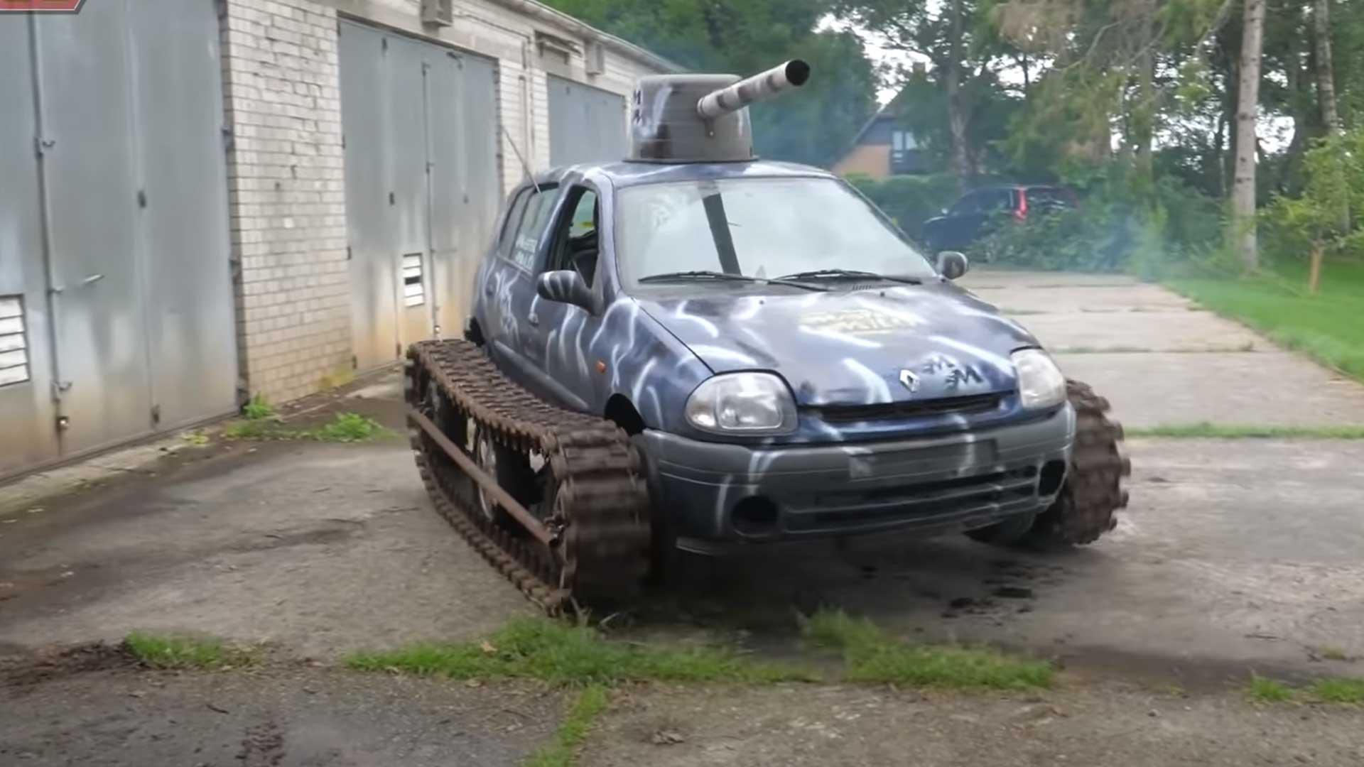 Renault Clio-tank rijdt op rupsbanden