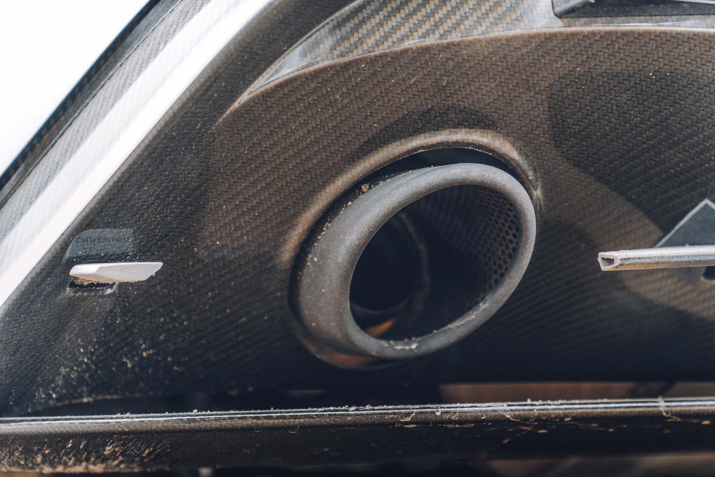 Aston Martin DB10 van James Bond (007) uitlaat