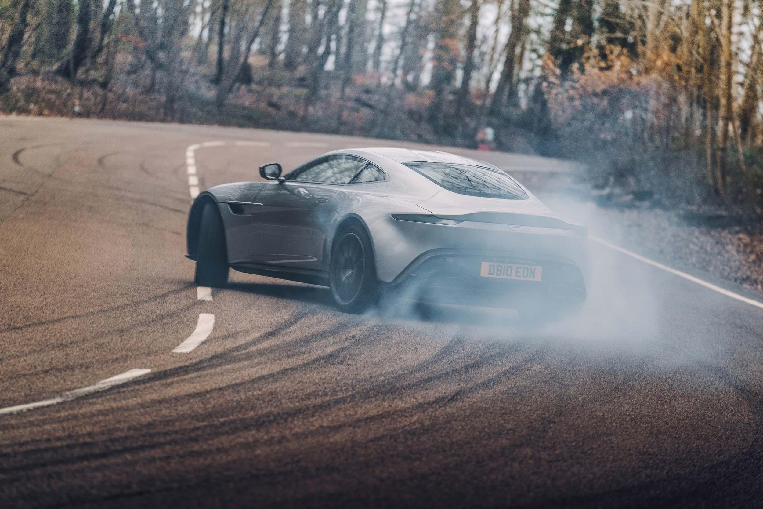 Driftende Aston Martin DB10 van James Bond (007)