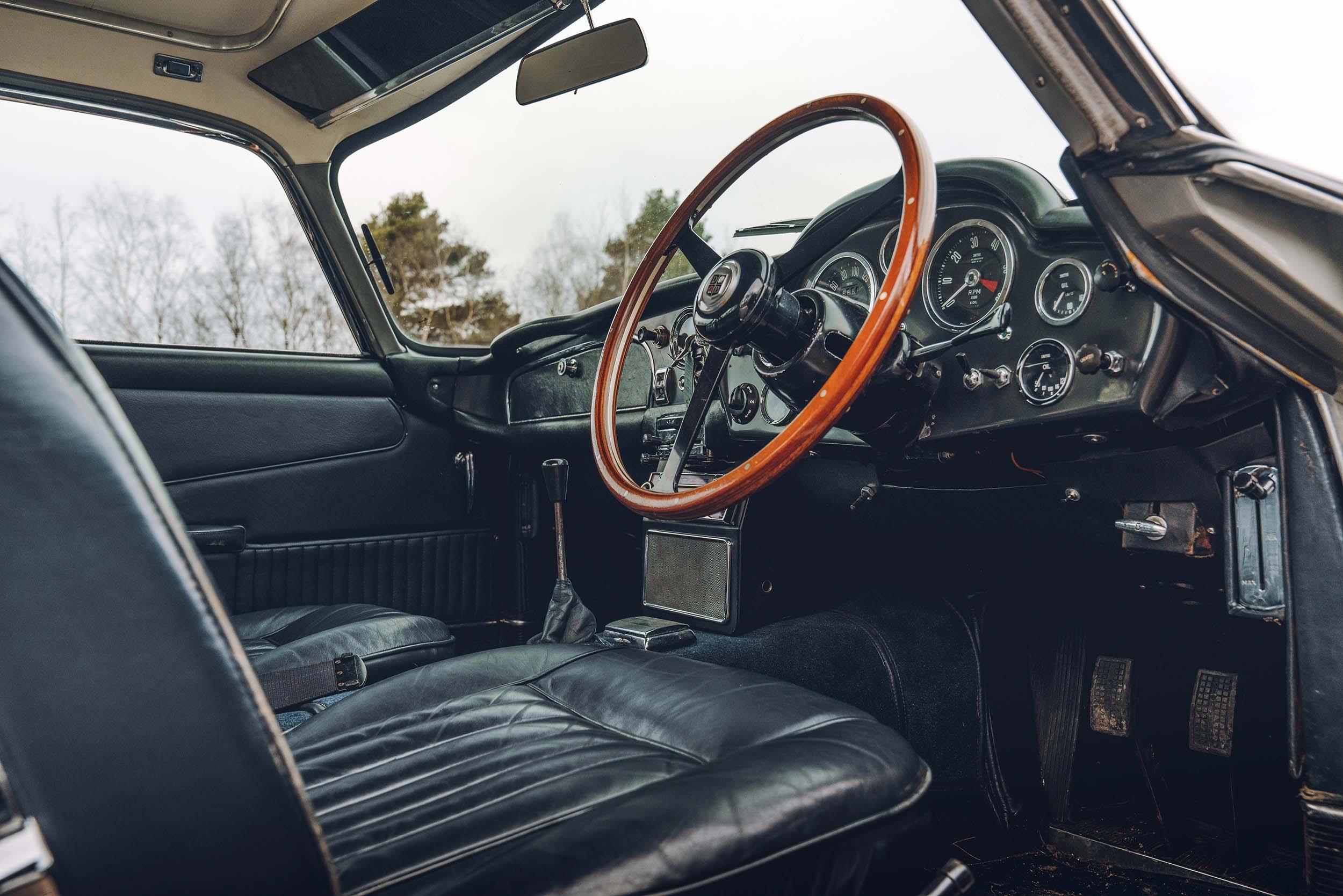 interieur Aston Martin DB5 van James Bond (007)
