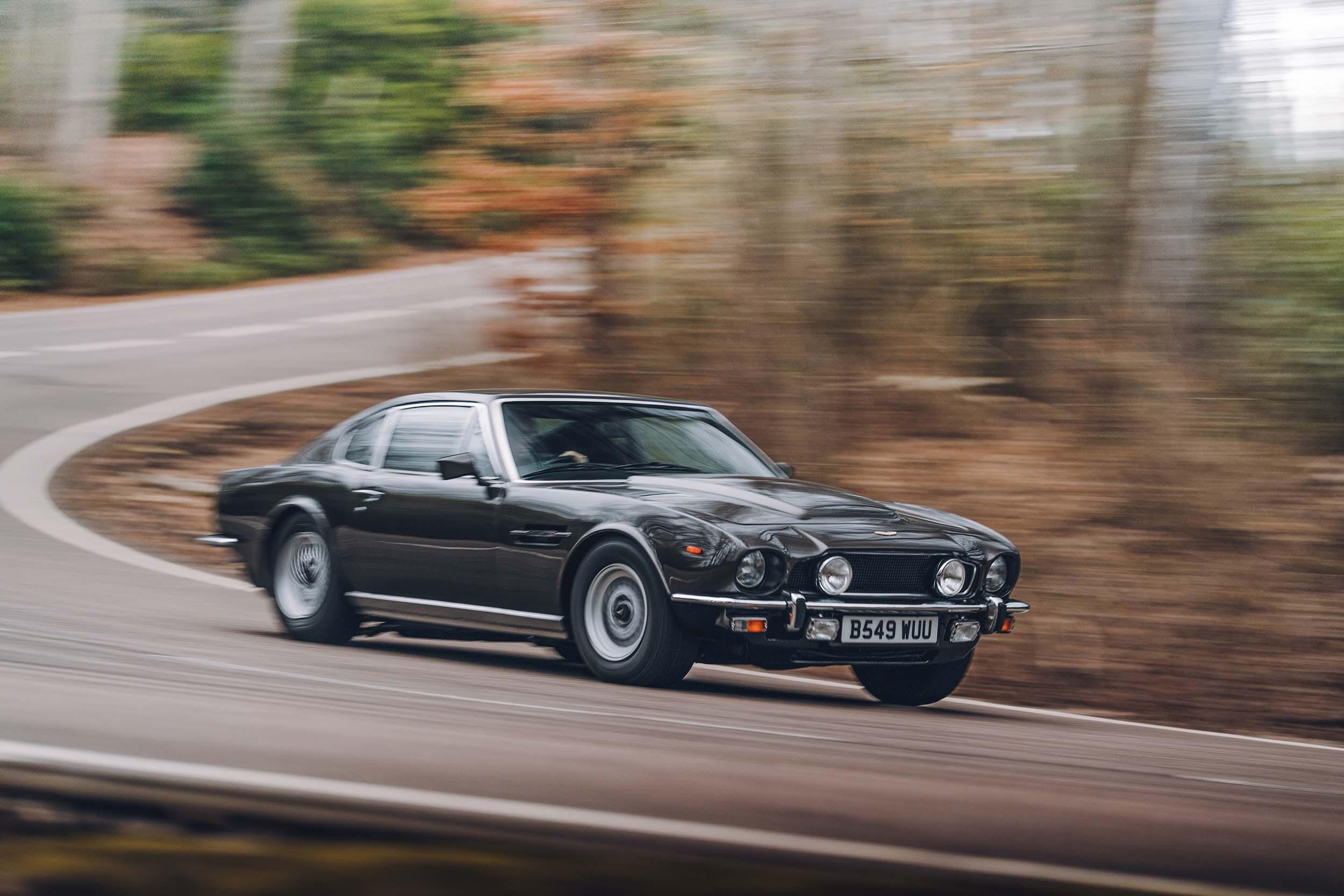 Aston Martin V8 van James Bond (007) in de bocht