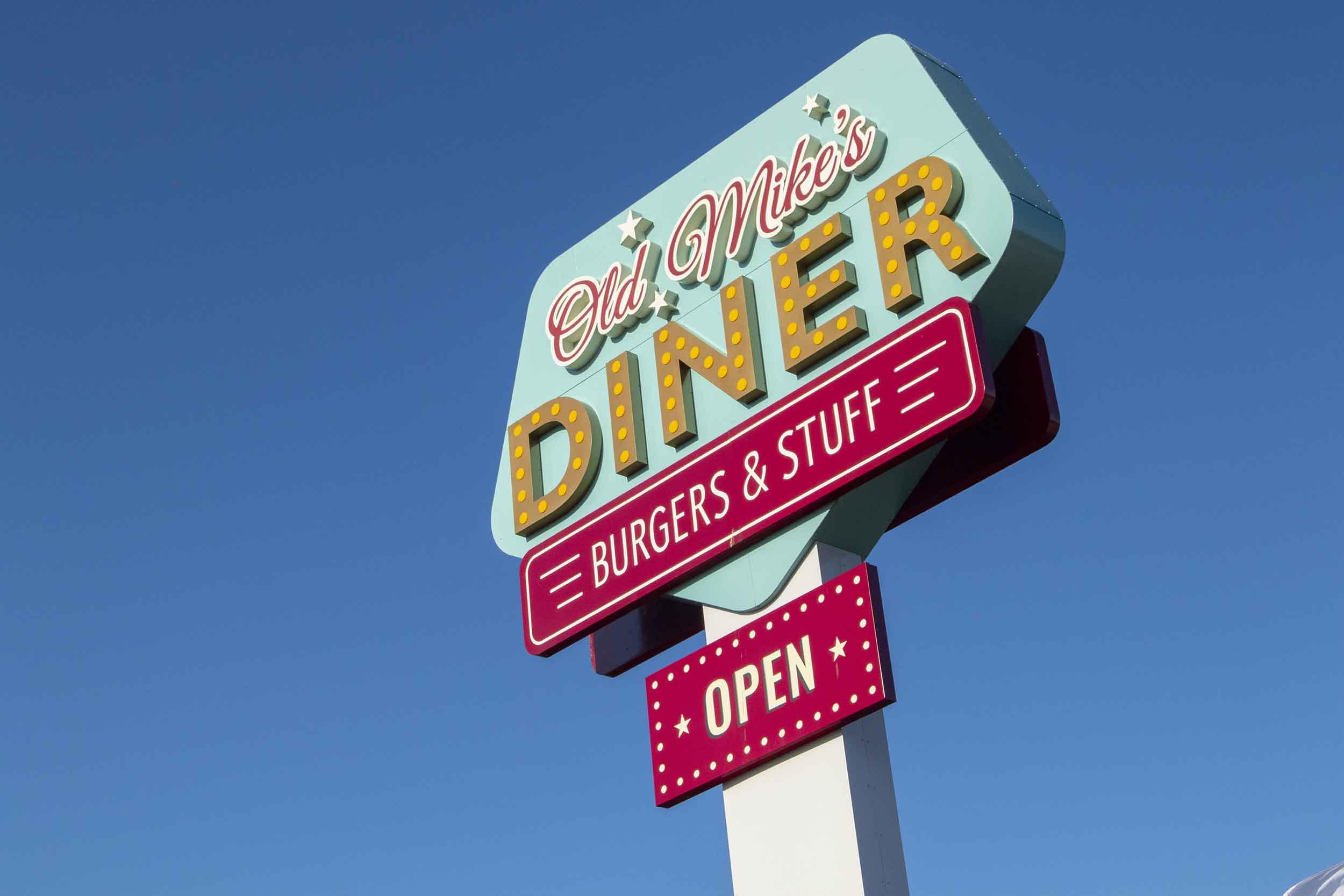Bord van diner (restaurant) lang de weg (rijtest Ford Mustang Shelby GT500 )