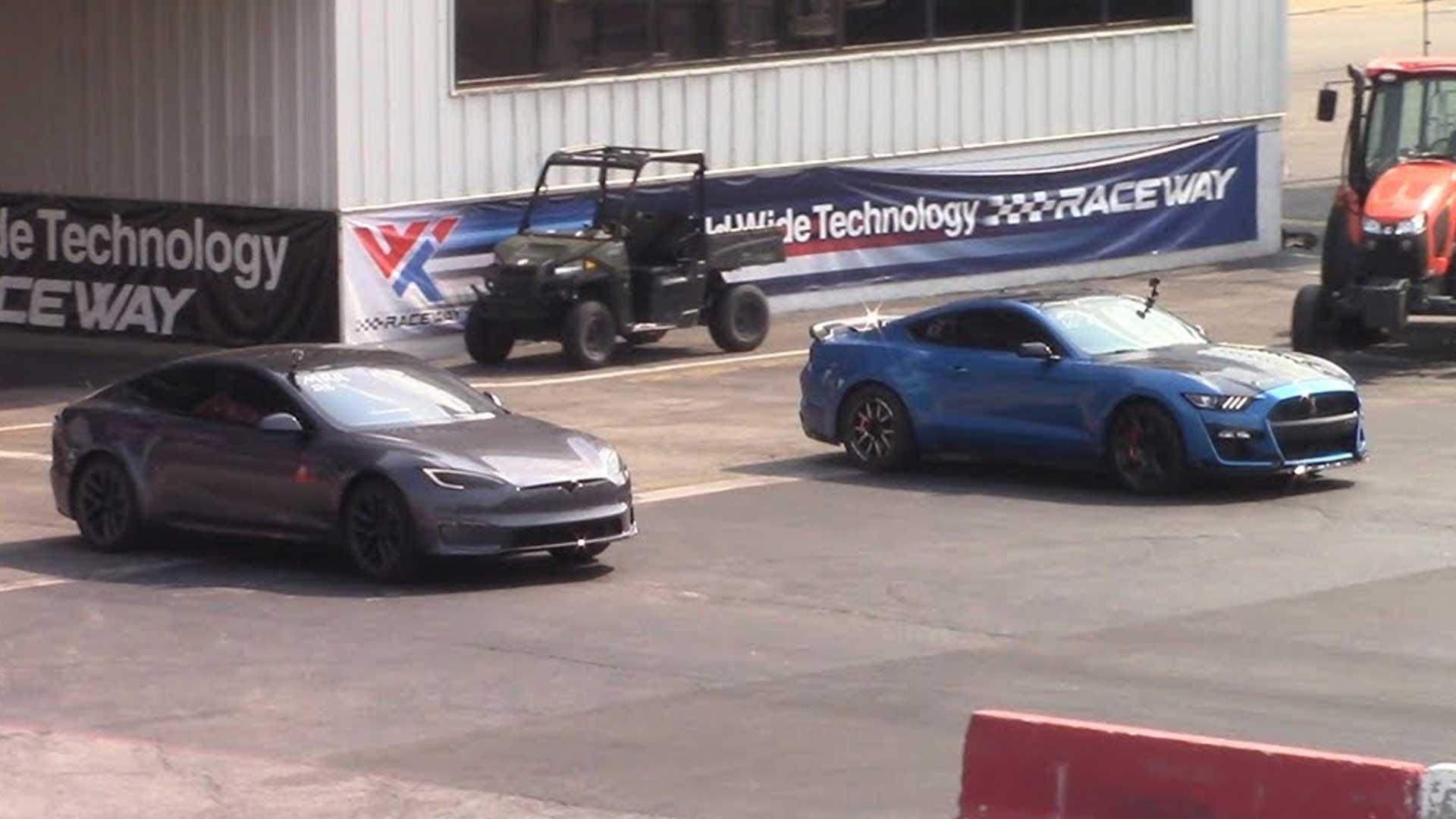 Tesla Model S Plaid vs Mustang met 1.000+ pk